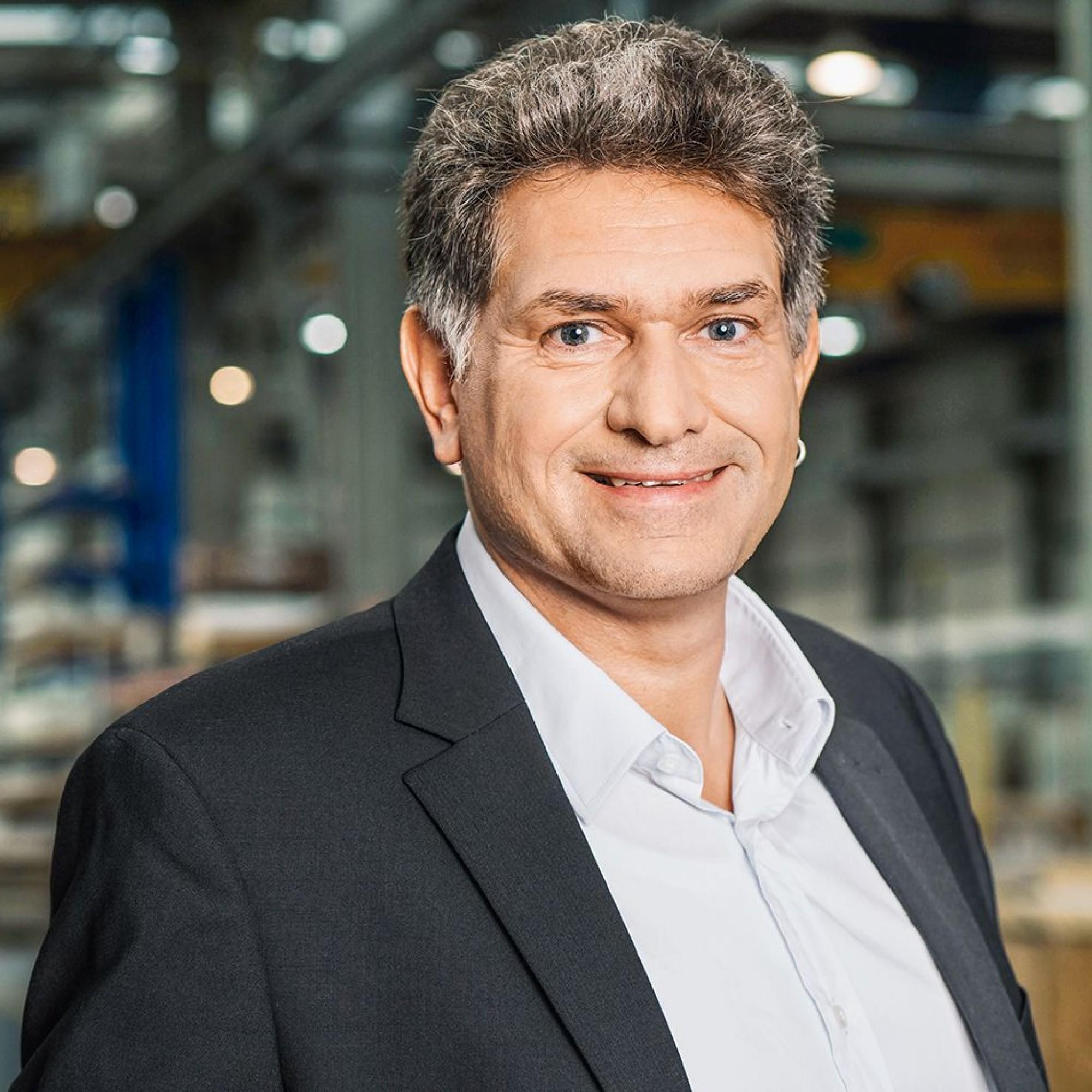 Thomas Wehrle ist Vize-Direktor Spezialbau bei derErneAG Holzbau. Er referiert oft als Experte für Digitalisierungvon Fertigungsprozessen, Robotik und Building Information Modelling.