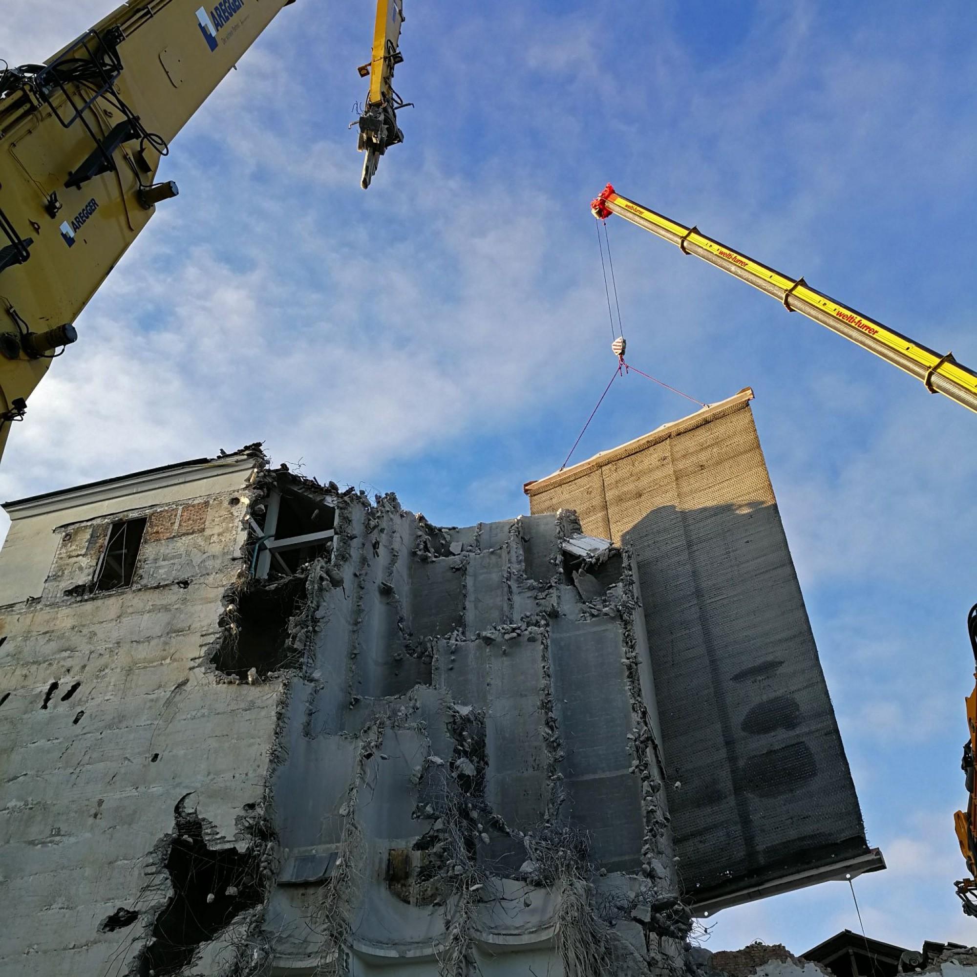 Die vorgehängte Gummimatte verhindert, dass beim Abbruch das angrenzendeMühlhaus beschädigt wird.