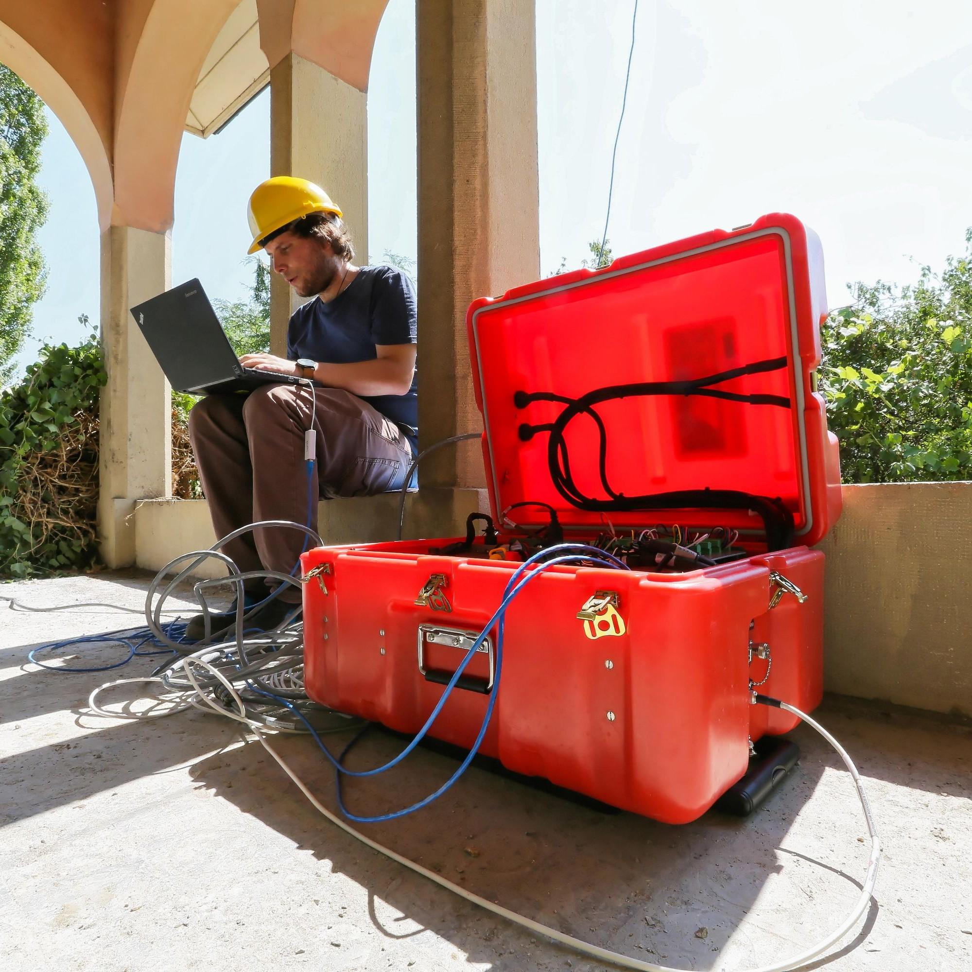 Dabei sammeltedas Team Messungen mit dem Seismometer.
