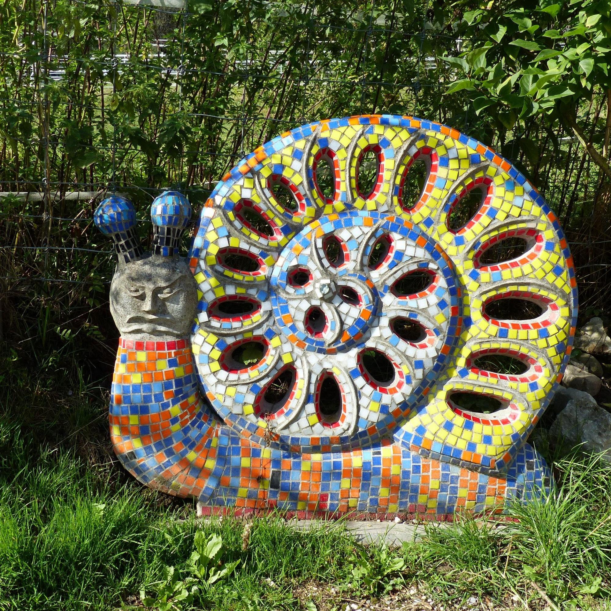 Bunte Schnecken-Skulptur.