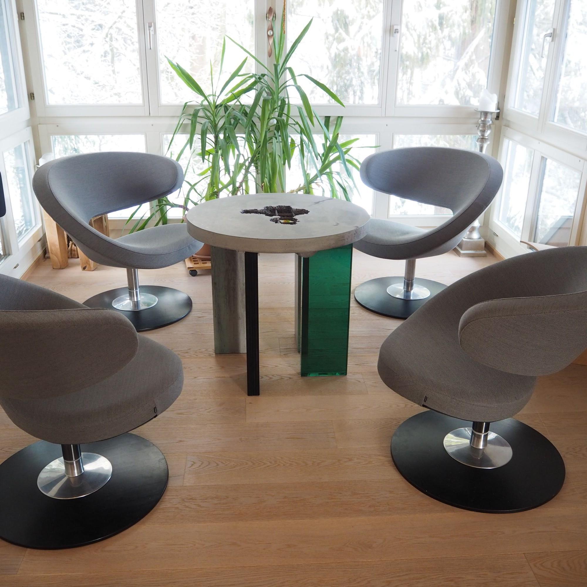 Sitzungstisch mit Glasbeinen
