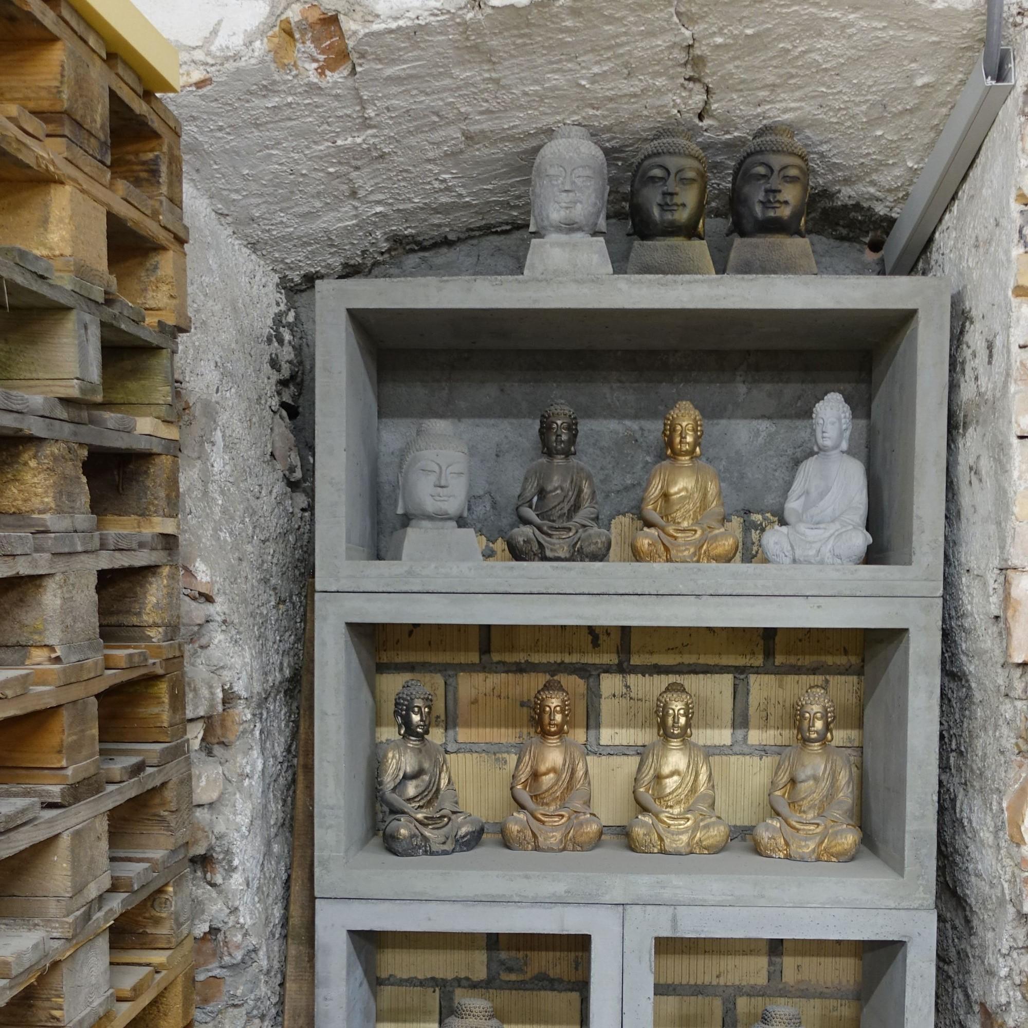 Kleine Buddha-Statuen aus Restbeton
