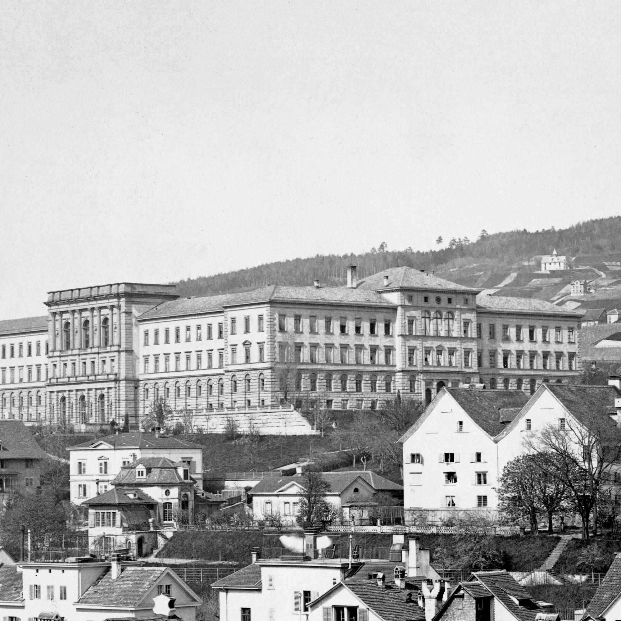 Das ETH Hauptgebäude wurde 1858 bis 1864 durch Gottfried Semper gebaut. Alfred Escher warmassgeblich daran beteiligt, dass das Polytechnikum in Zürich entstand. Aufnahme um 1880, vor dem Beginn der Umbauten durch Gustav Gull 1915 bis 1924, bei denen die