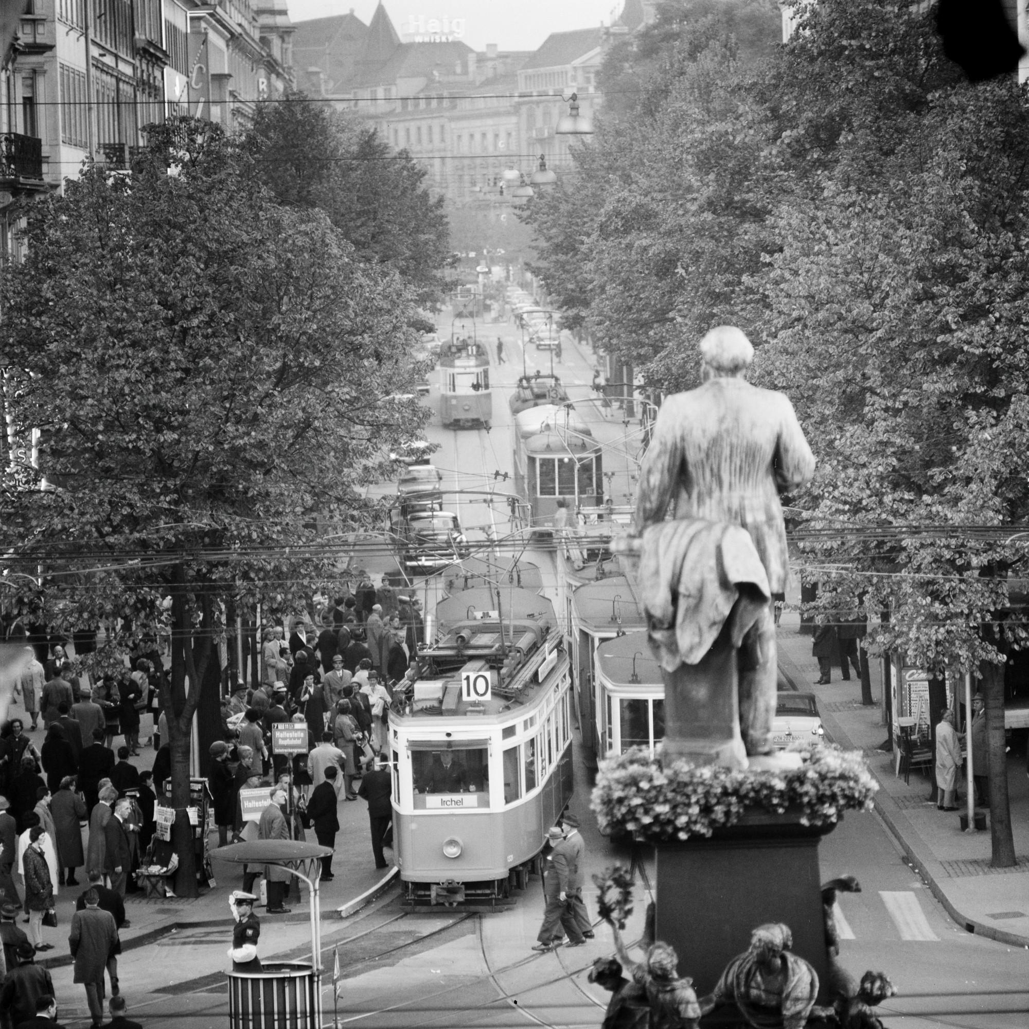 1889, sieben Jahre nach Alfred Eschers Tod, wurde er von Richard Kissling in Bronze gegossen. Das Denkmal vor dem Zürcher Hauptbahnhof erinnert bis heute an Eschers Rolle alsEisenbahnpionier.