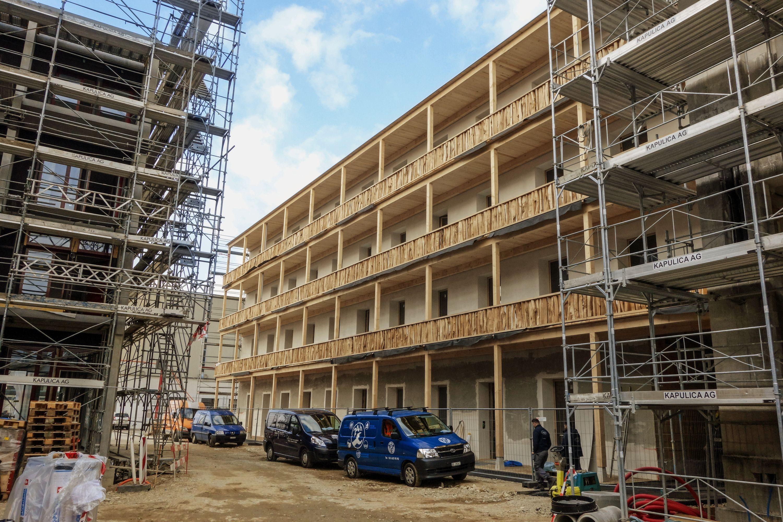 Nach nur siebenmonatiger Bauzeit bildet das Wohnatelierhaus momentan den Abschluss der Erlenmatt Ost. Rundherum wird noch intensiv gebaut.