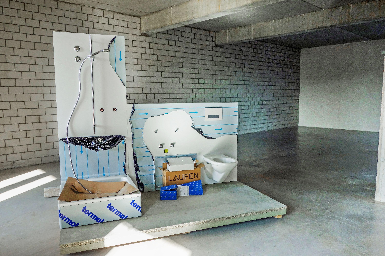 Die Wohnateliers sind absichtlich einfach gehalten. Dafür dringt das Licht tief in die Räume ein, der Sanitärblock kombiniert auf seinen zwei Seiten Küche und Bad und der Balkon bleibt ohne Abtrennungen.