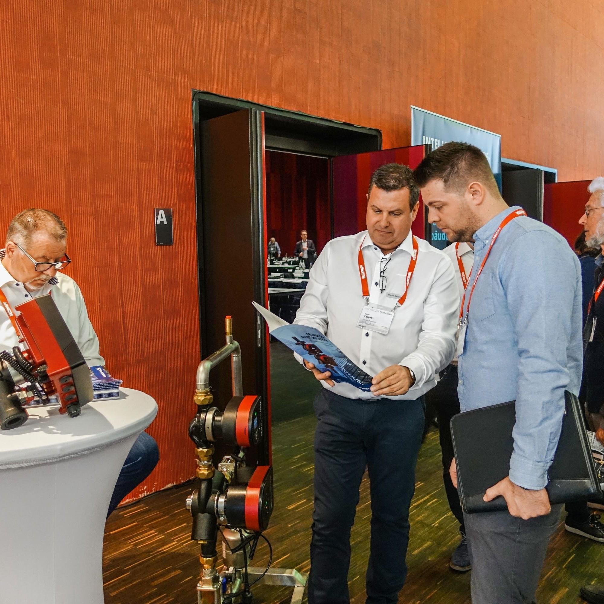 Eindrücke vom Schweizer Planertag in Brugg: DieDigitalisierung bei der Planung und Überwachung stand im Mittelpunkt der Veranstaltung. In den Pausen gab es dieGelegenheit, neue Technik kennenzulernen.
