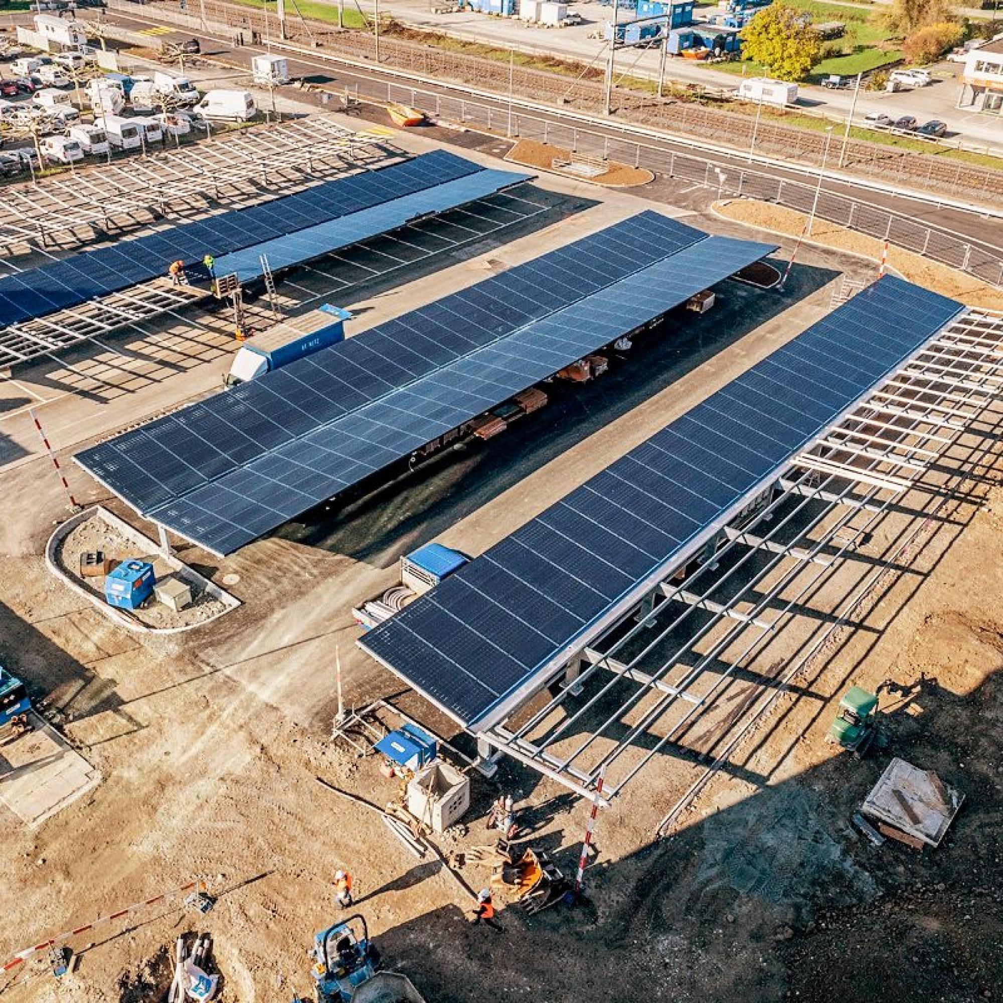 Die Vormontage der Photovoltaikmodule für das Dach des Carports.