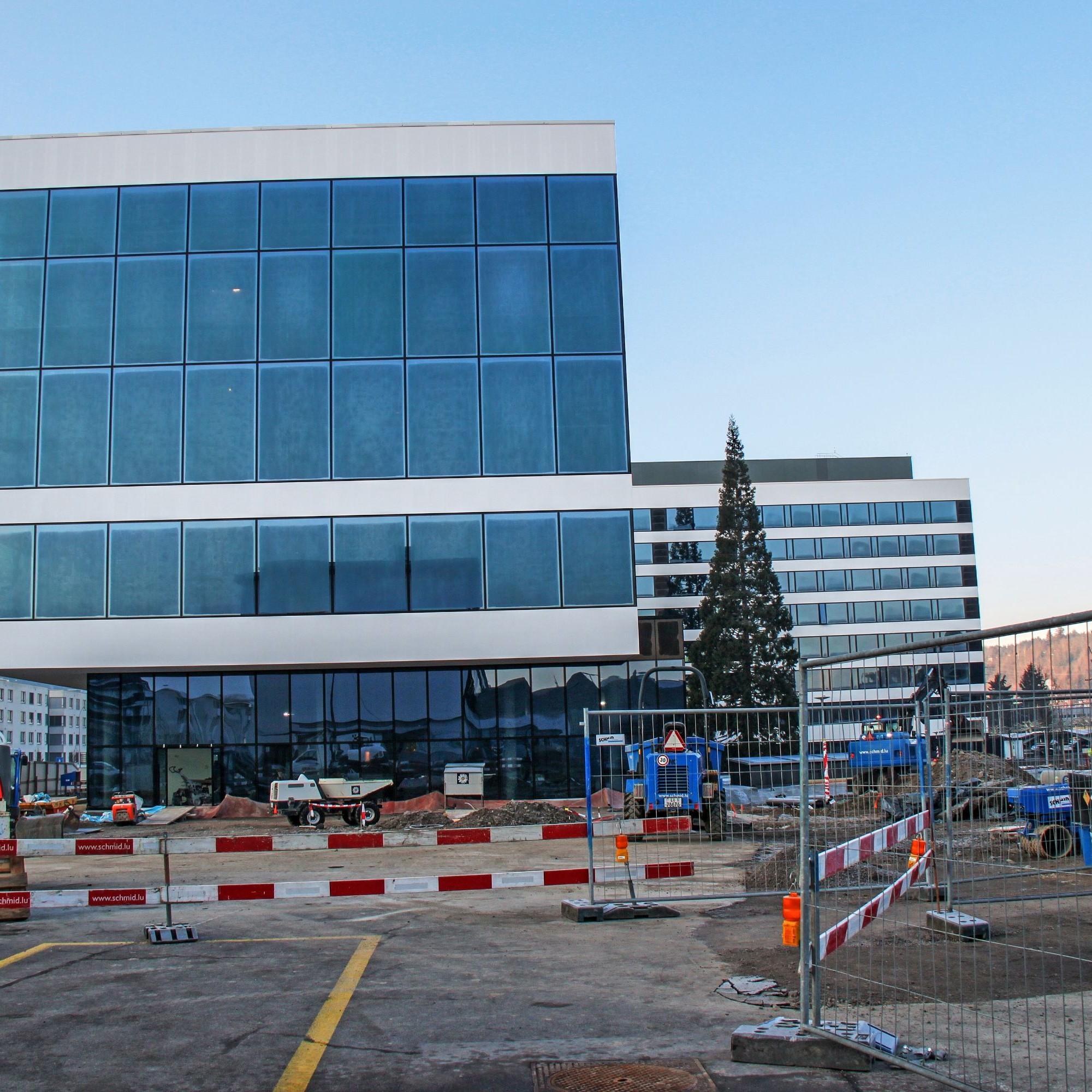 An den Fassaden des Visitor Centers und des Managementgebäudes im Hintergrund wurden kundenspezifische, rahmenlose Photovoltaikelemente angebracht.