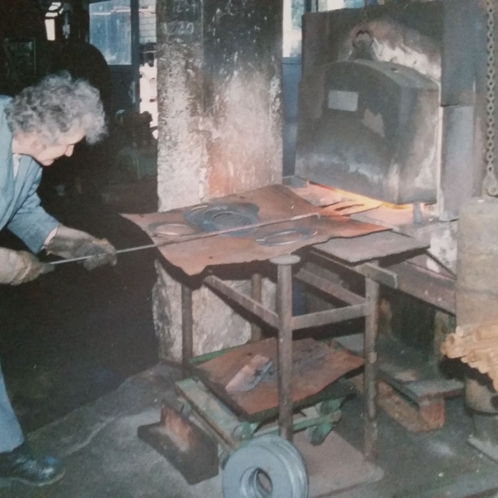 Tatkräftig unterstützt wurde der rastlose Handwerker von seiner Frau Elfriede.