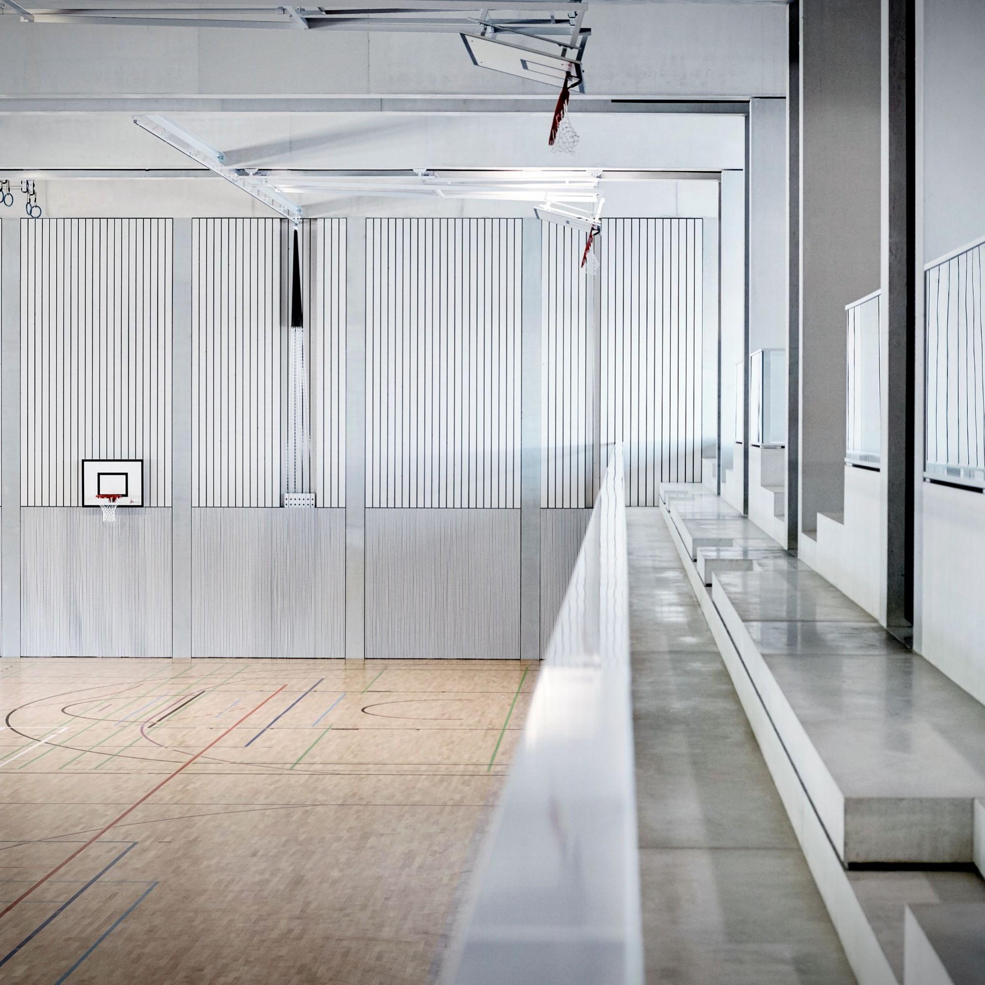 Die Dreifachsporthalle der Anlage bietet eineTribüne mit 150 Sitzplätzen.