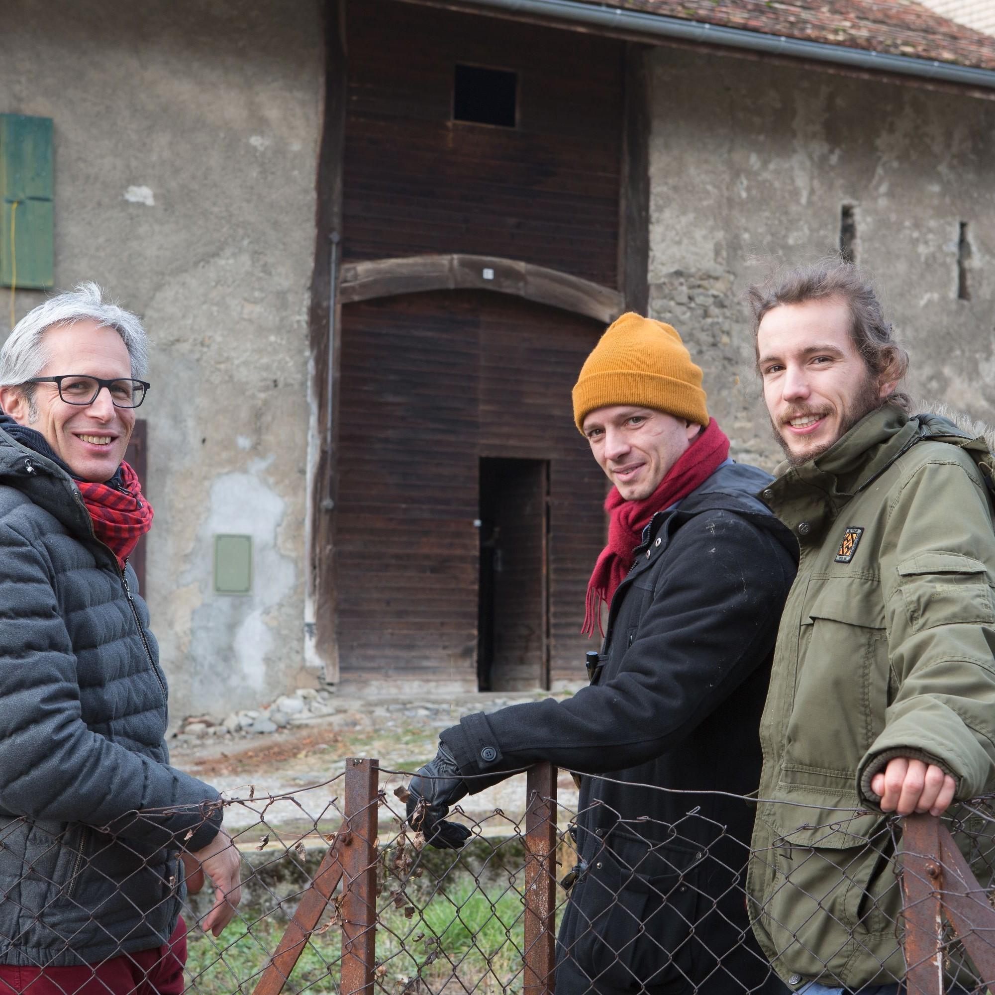 Coach Laurent Guidetti von Tribu Architecture mit den Projektinitianten aus Denens VD, den jungen Architekten Arthur de Buren und Charles Capré.