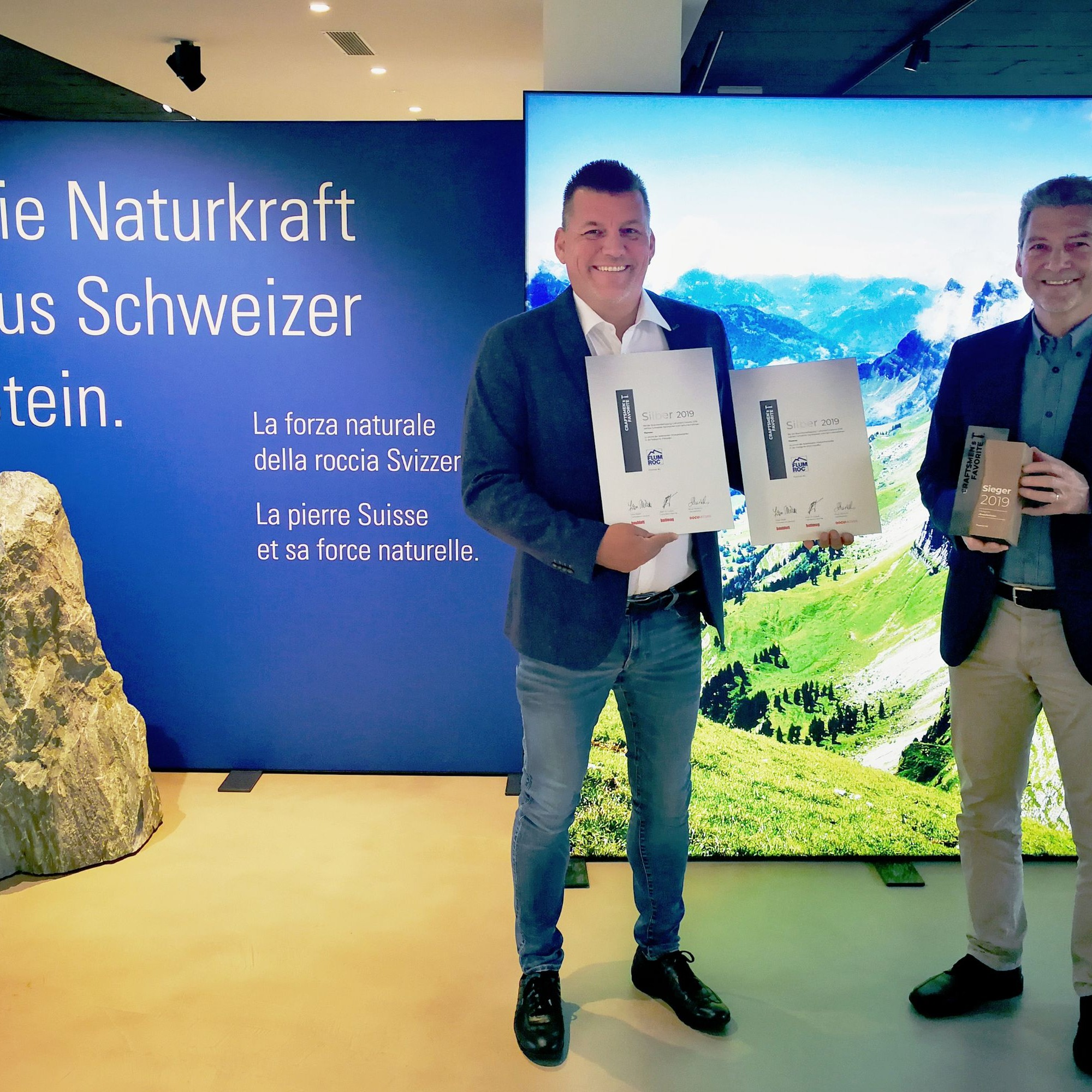 Bedanken sich im Namen von Flumroc bei den Bauprofis für drei Auszeichnungen (von links):Franz Kainz, Leiter Verkauf, und Kurt Frei, Geschäftsführer.