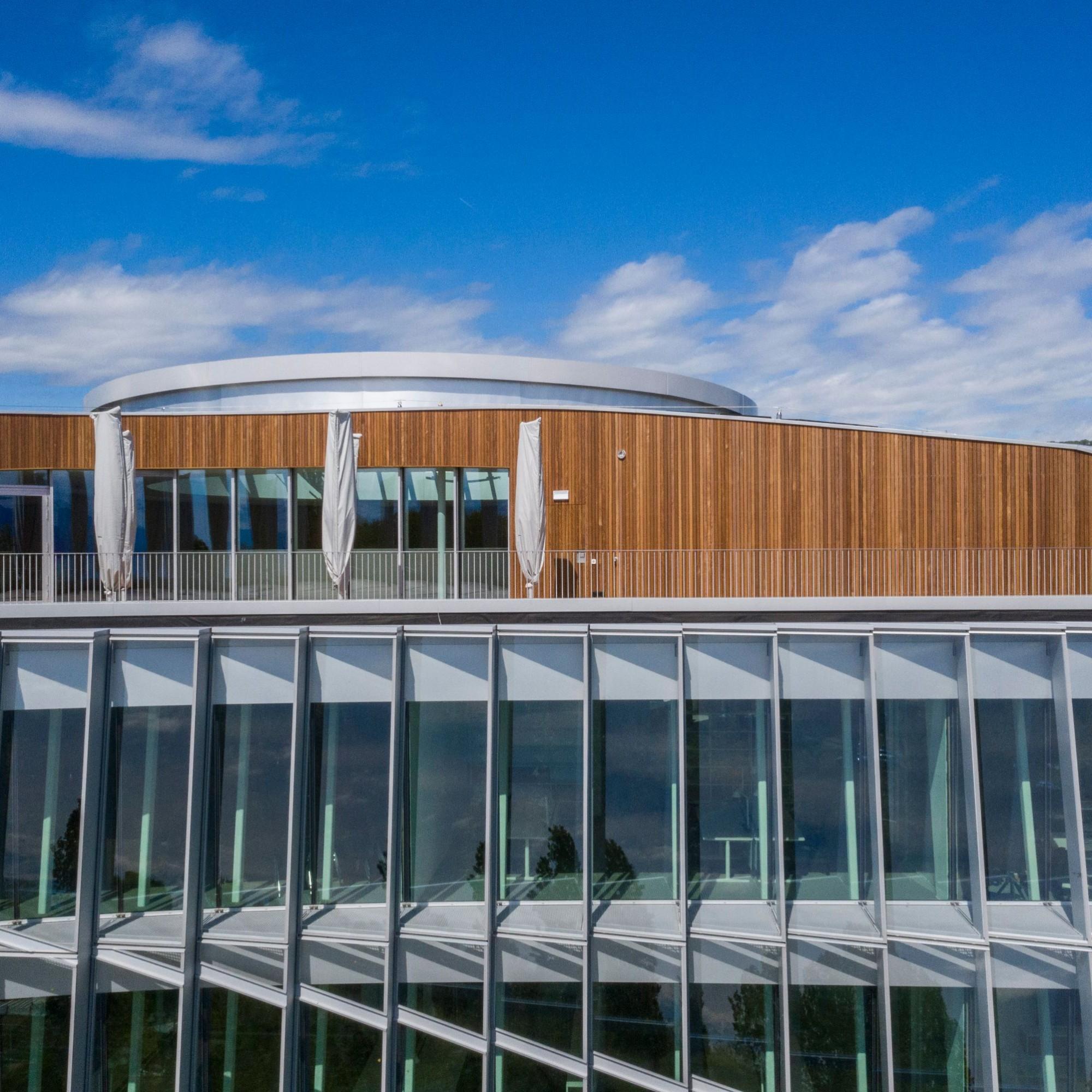 Der Bau hat zudem drei nachhaltige Gebäudezertifikate erhalten: LEED Platinum, Platin nach SNBS und Minergie P.