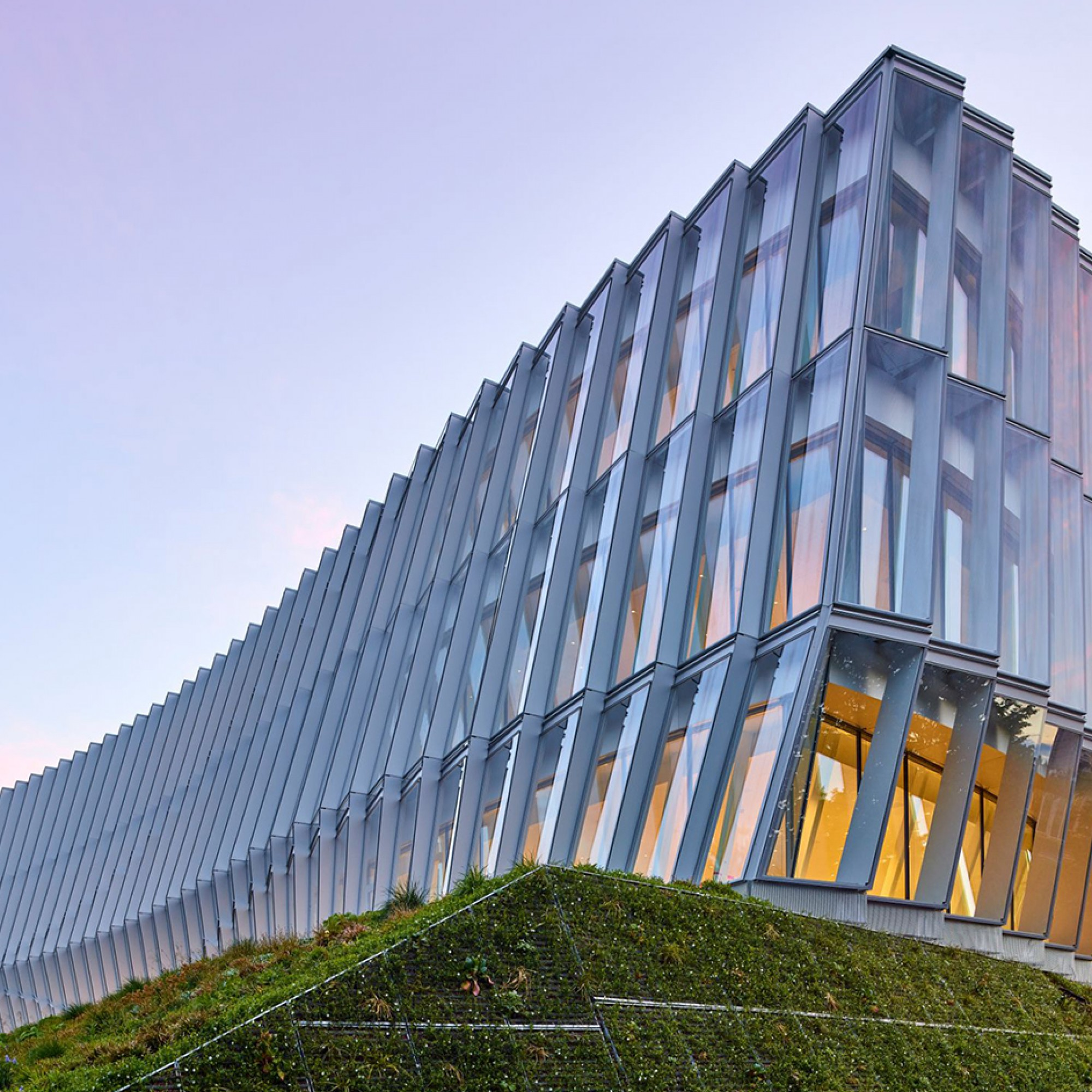 Das «Olympic House» wurde vom dänischen Büro 3XN in Zusammenarbeit mit den Lausanner Architekten «Itten+Brechbühl» entworfen.