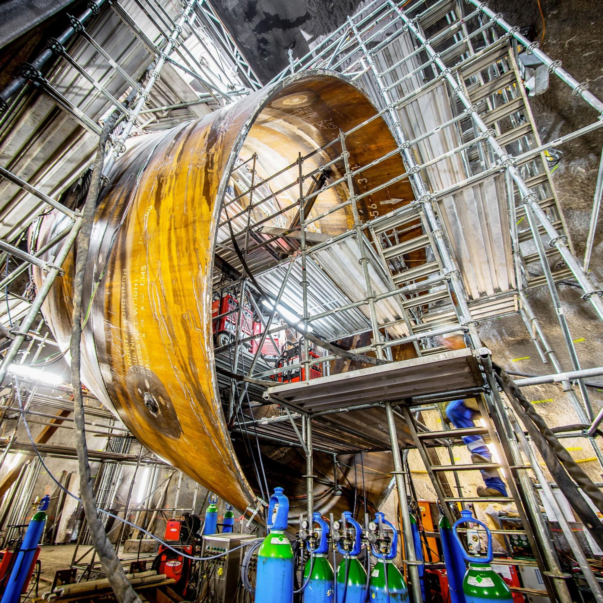 Die Wasserkraft spielt für den Kanton Wallis eine zentrale Rolle in der Energiestrategie. Die zwei 425 Meter hohen Vertikalschächte des Pumpspeicherkraftwerks Nant de Drance (Bild) werden im Verlaufe des Jahres 2019 erstmals mit Wasser gefüllt. Mit dem Au