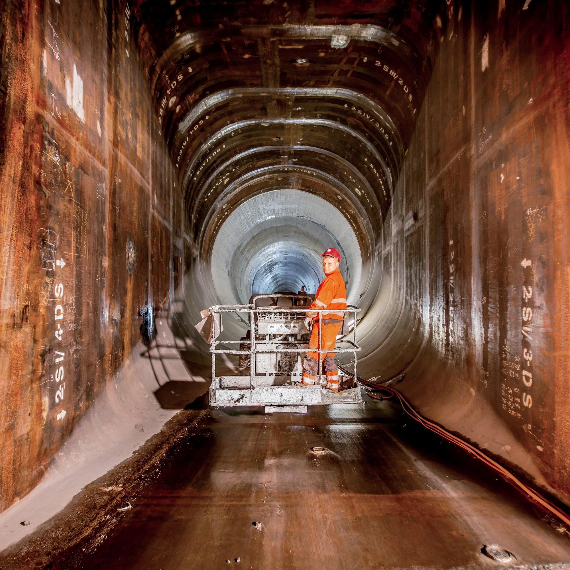 Beim Kraftwerk Nant de Drance werden im Triebwasserweg zwischen der Maschinenkaverne und der unteren Schützenkammer gewaltige Wassermassenfliessen.