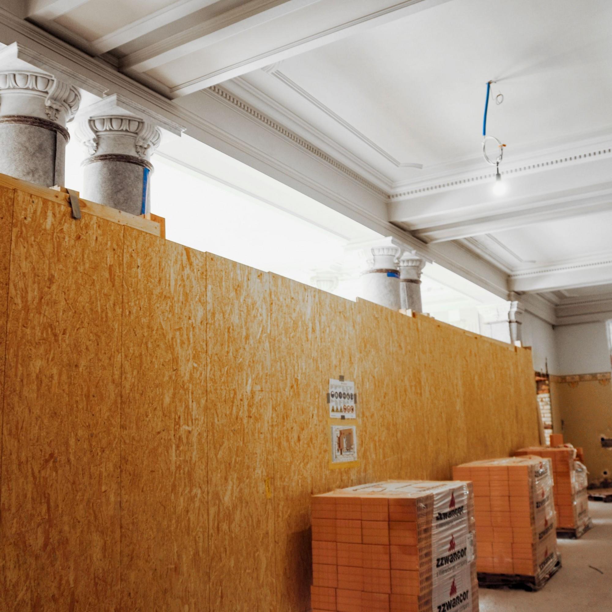 Blick in den Korridor des Verwaltungsgebäudes von 1901. Sowohl an der Gebäudehülle und der Umgebung wie auch im Inneren galt es, die historische Bausubstanz sorgfältig zu sanieren und während der Umbauarbeiten vor Beschädigungen zu schützen.
