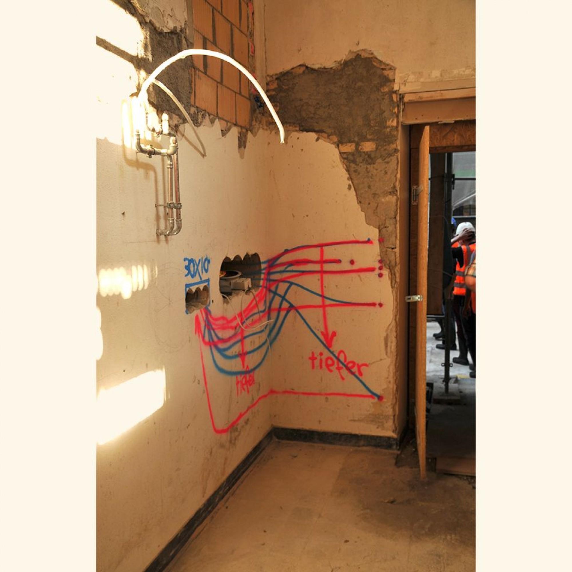 Im behutsam zu sanierenden historischen Gebäude ist auch das Anbringen der Kabelkanäle am richtigen Ort eine Arbeit, die Feingefühl erfordert. Das Ergebnis: eine spezielle Form der Graffiti-Kunst am Bau.