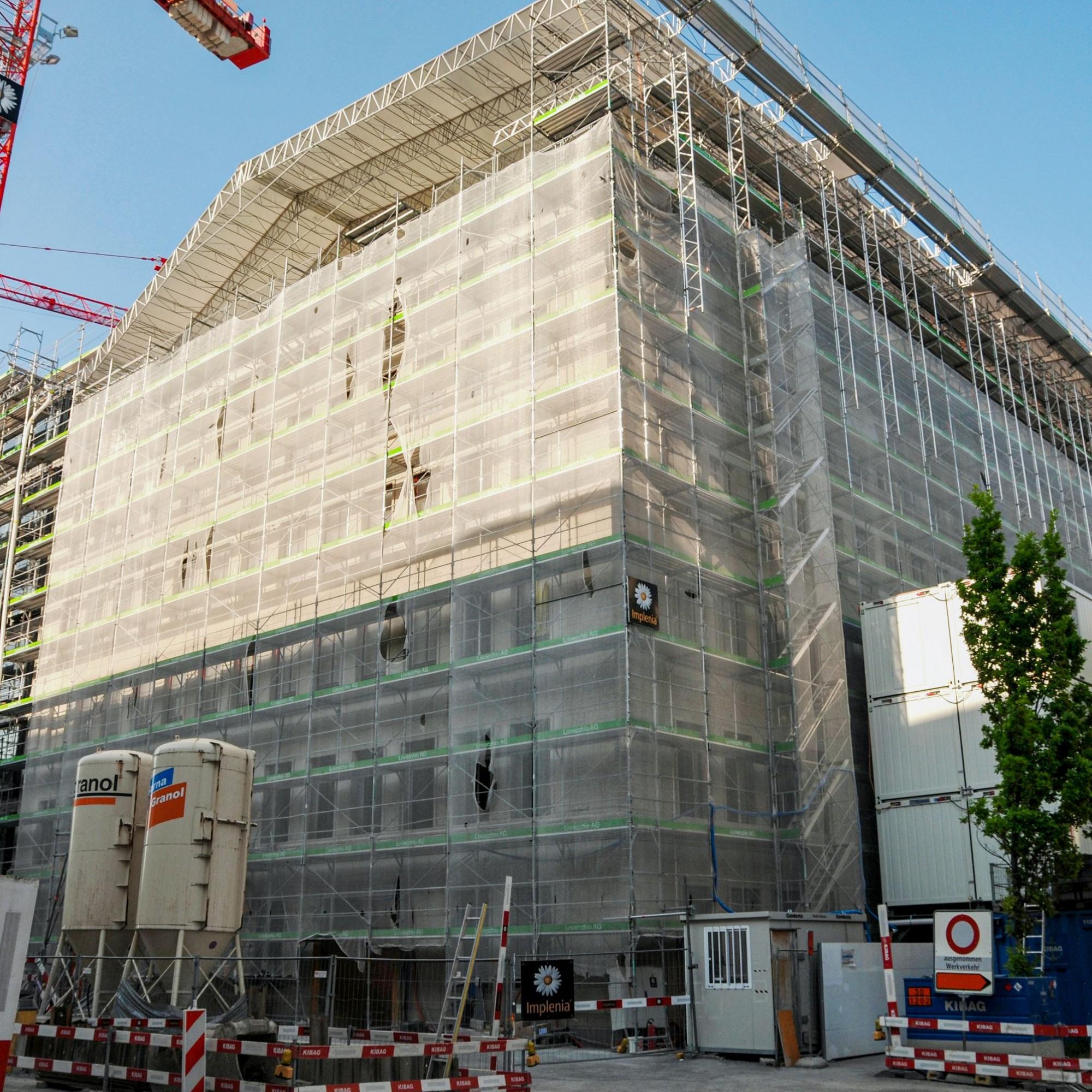 Die Rückseite der Baustelle an der Alfred-Escher-Strasse: Die Kombination aus Sanierung und Neubau, noch dazu mit den Erfordernissen von drei unterschiedlichen Nachhaltigkeits-Labels, erfordert ein Höchstmass an umsichtiger Planung, ständiger Qualitätskon