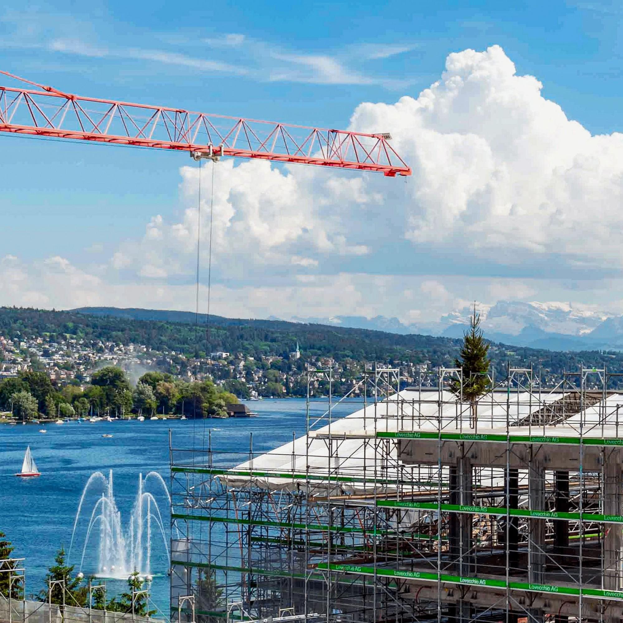 Blick auf die Alpen, die Goldküste, den Zürichsee samt Fontäne und das Tannenbäumchen vom Aufrichte-Fest: Der Hauptsitz der Zürich Versicherungs-Gesellschaft AG am Mythenquai liegt ebenso verkehrsgünstig wie idyllisch und wird in Zukunft Arbeitsplätze von