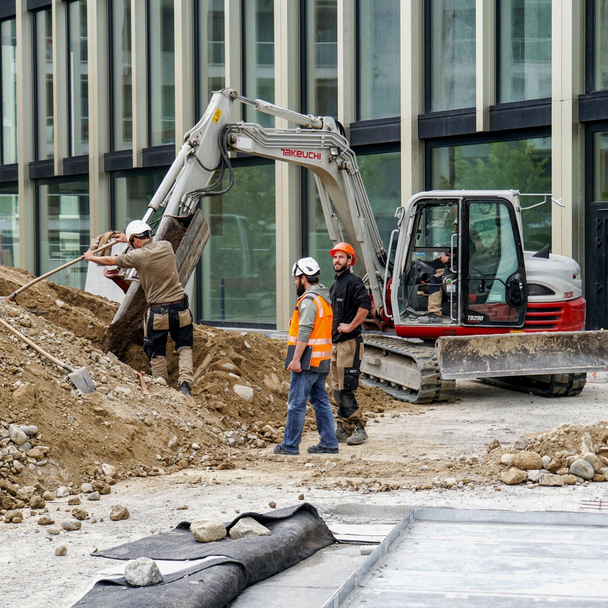 Bildungsbauten lagen für einmal leicht im Plus: Beim neuen Campus der Hochschule Luzern auf dem Suurstoffi-Areal in Risch-Rotkreuz ZG laufen bereits die Umgebungsarbeiten.