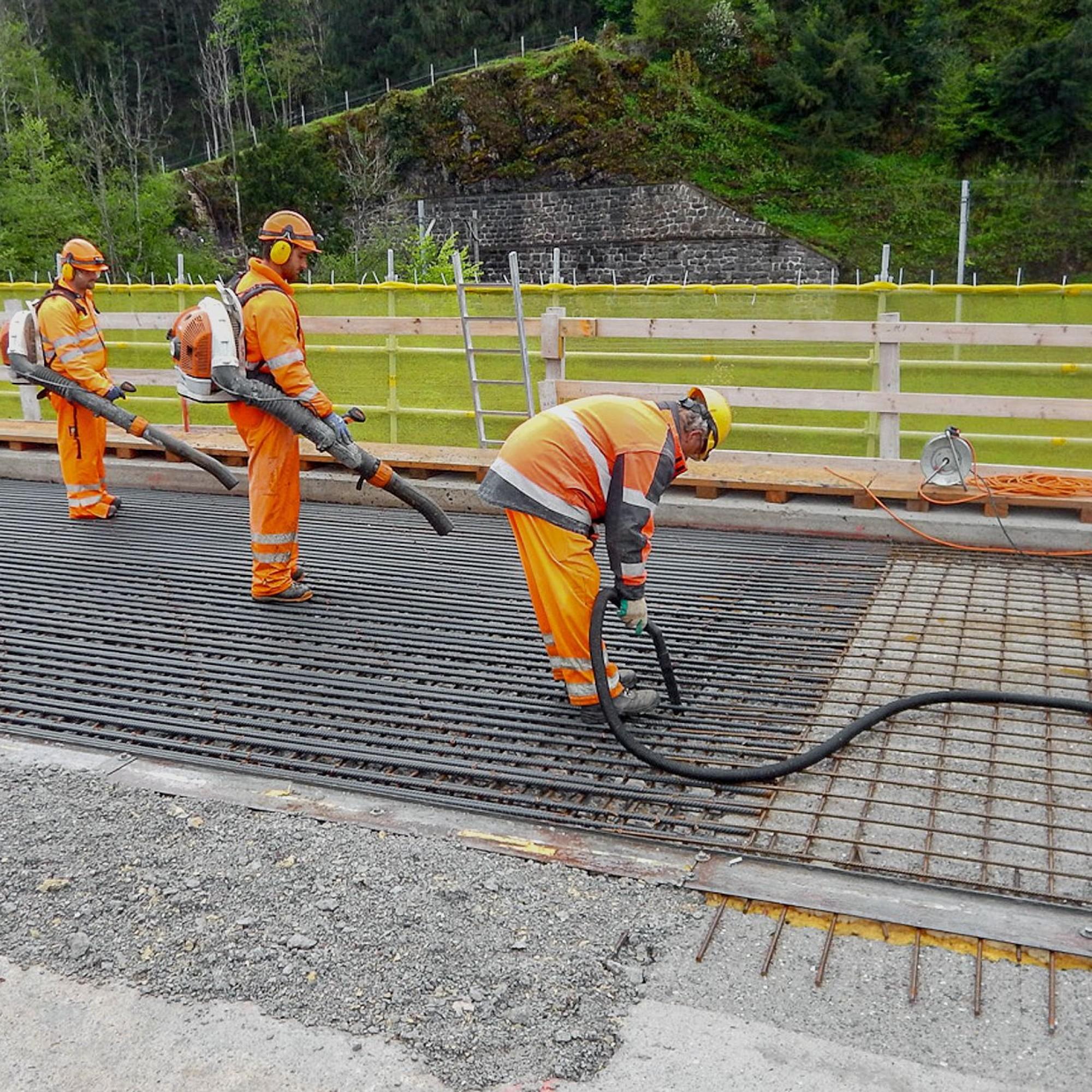 Vor dem Einbringen des UHFB: Das Wasser, womit die Betonplatte angefeuchtet wurde, muss restlos entfernt werden.