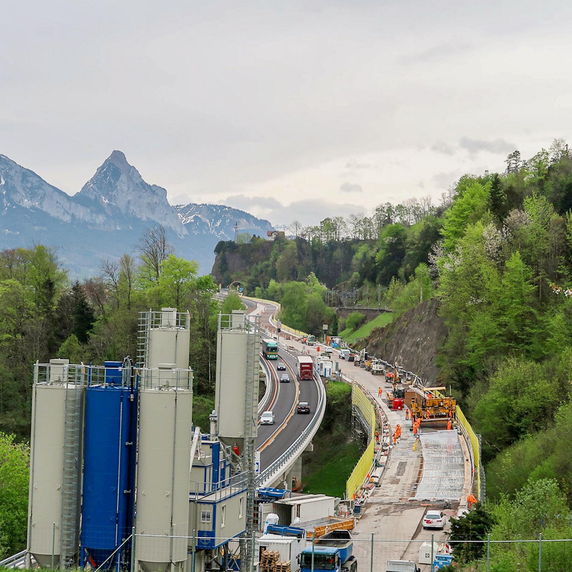 Notwendige Instandsetzung nach rund 45 Jahren: Die Sanierung der Zwillingsbrücken erfolgt unter Sperrung der einen Brückenhälfte, während der Verkehr in beiden Richtungen über die andere geleitet wird.
