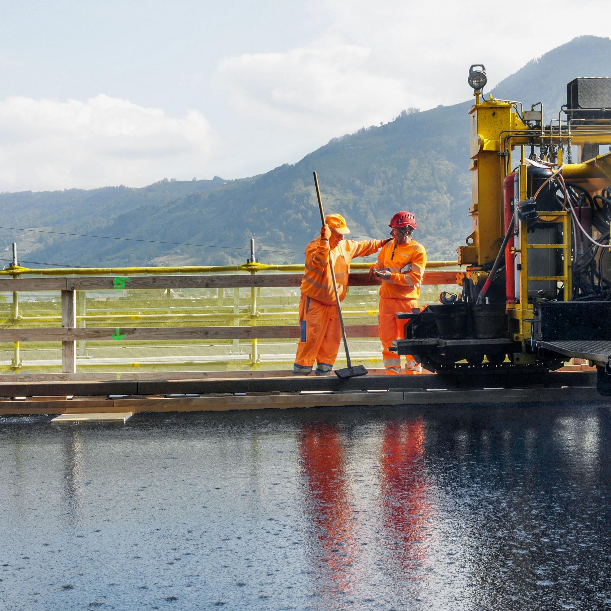 Asphaltieren auf der A4 bei bestem Sommerwetter und mit Blick auf den Zugersee: In der Schweiz sind die Schönwetterphasen für eine herkömmliche Brückensanierungen eigentlich viel zu kurz.