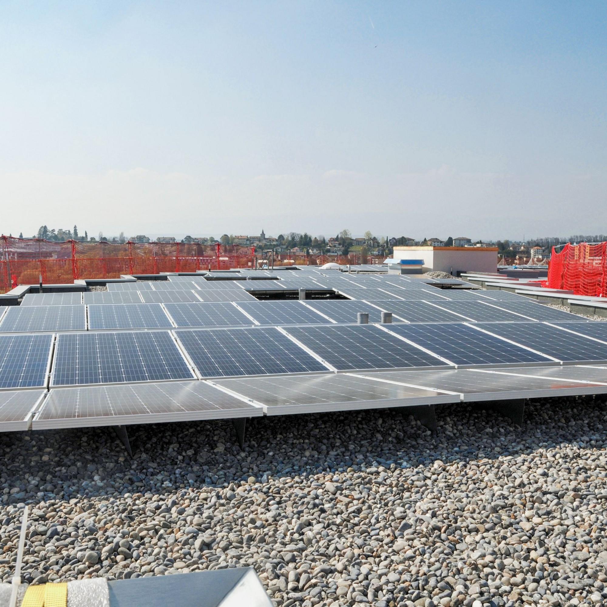 Nachhaltige Energieversorgung: Die Versorgung erfolgt über einen direkten Wasseranschluss an den Genfer See. Einen Teil des Strombedarfs deckt die aus 1200 Paneelen bestehende Photovoltaikanlage.