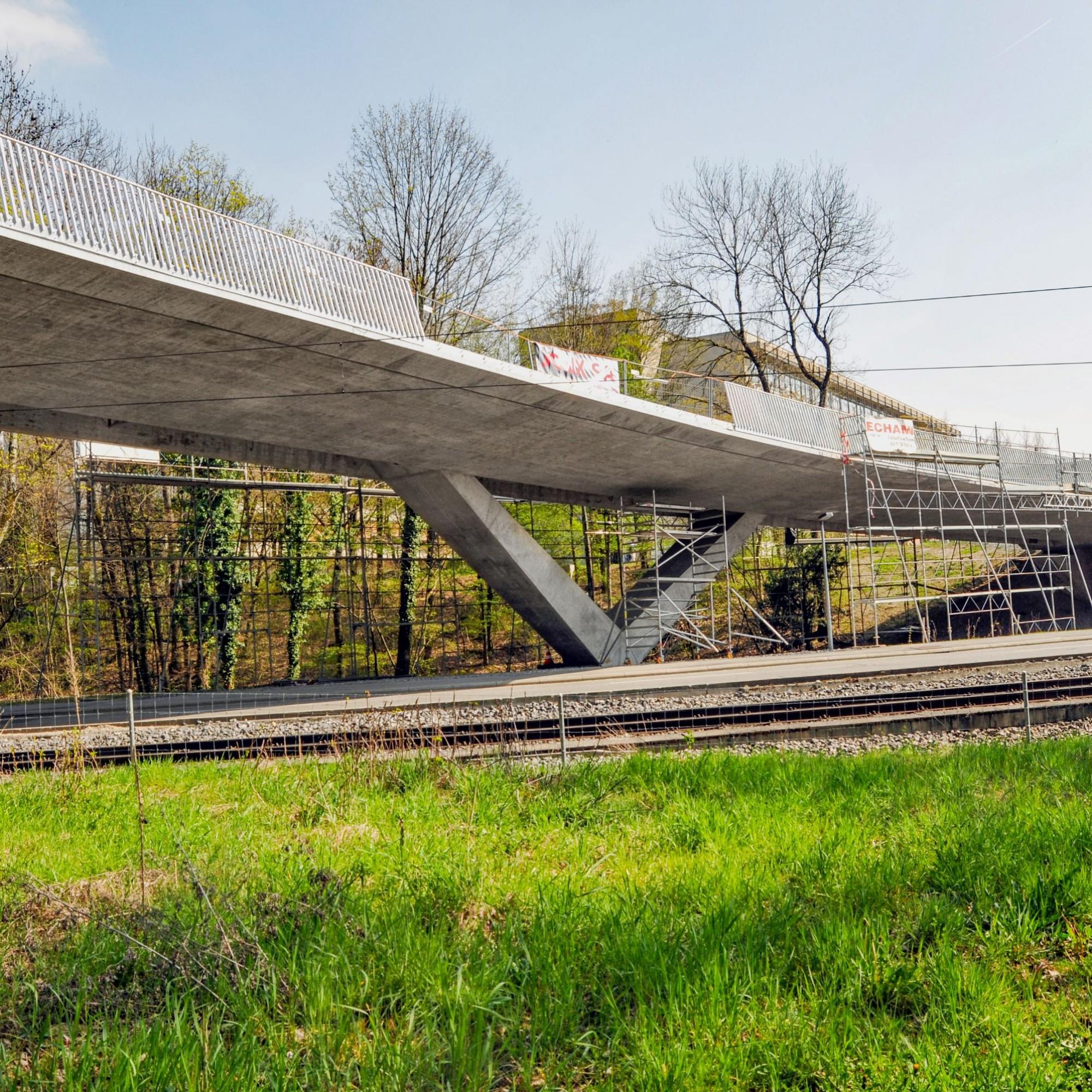 Zum Bauprojekt gehört auch die Brücke, über welche Fahrzeuge und Fussgänger das Gebäude erreichen und welche die Gleise der Lausanner Métro überspannt.