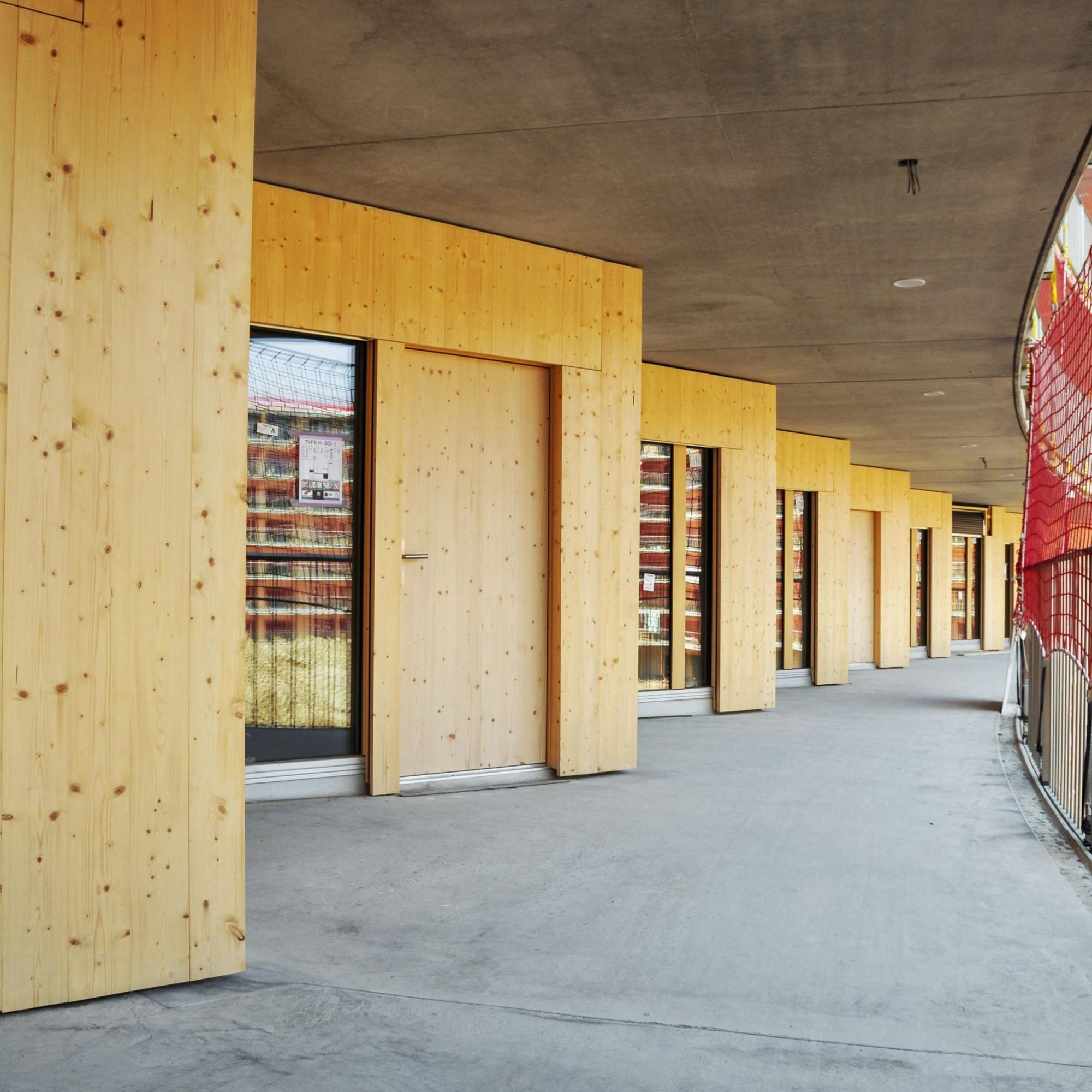 Schlichte Gestaltung: Fichtenholz und Beton bilden die Oberflächen der Räumlichkeiten. Im Aussenbereich ist der Boden mit Kunstharz beschichtet, innen erhalten die Gipswände ein Glasgewebe und die Betonflächen einen staubverhindernden Anstrich.