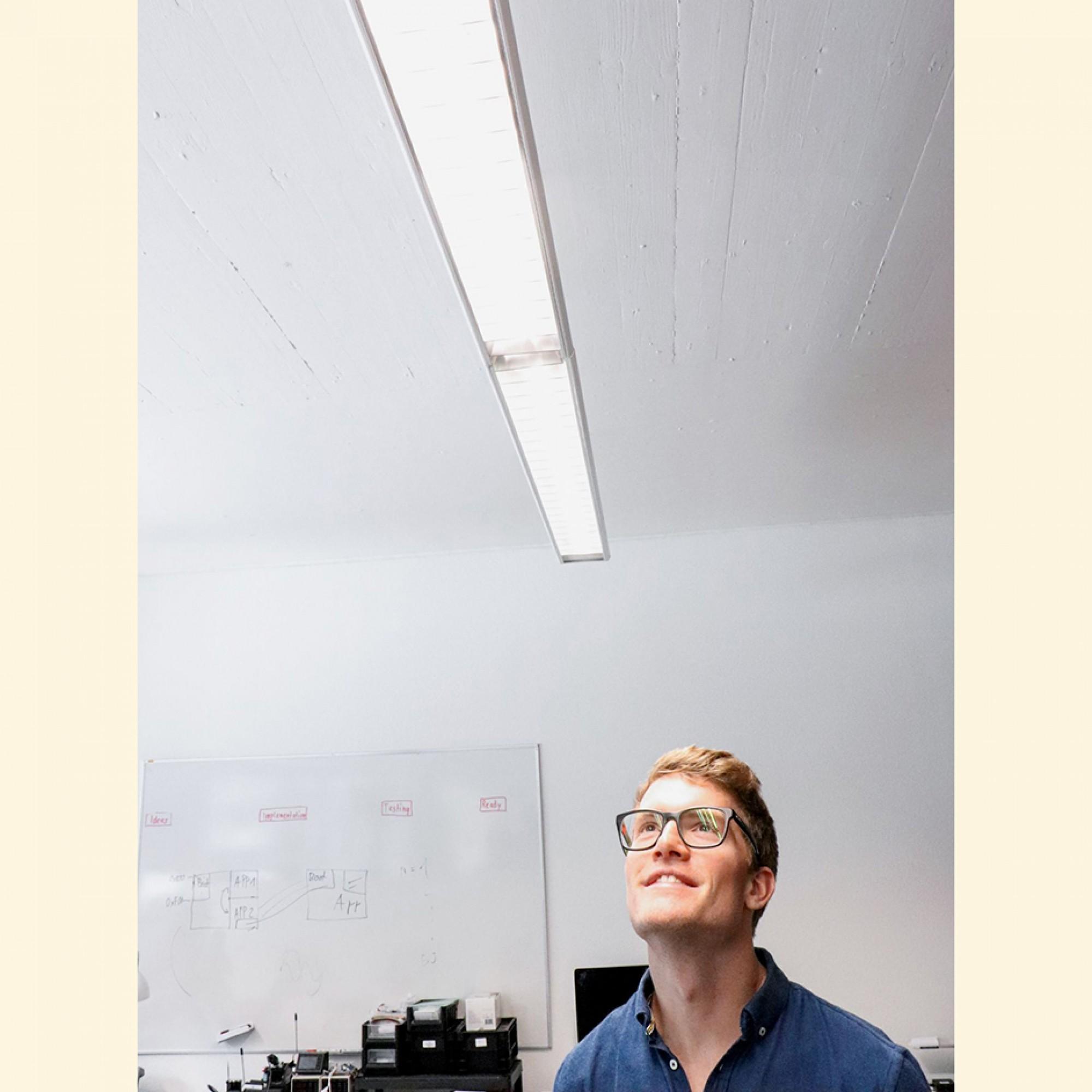 «Je mehr LED-Leuchtkörper wir verkaufen,desto mehr Energie sparen unsere Kunden», so LED-City-Geschäftsleiter Patrik Deuss. Kleinserien werden in der Schweiz gefertigt, grössereStückzahlen in China. Bei der Installation derLED-Röhren geht das Jungunter