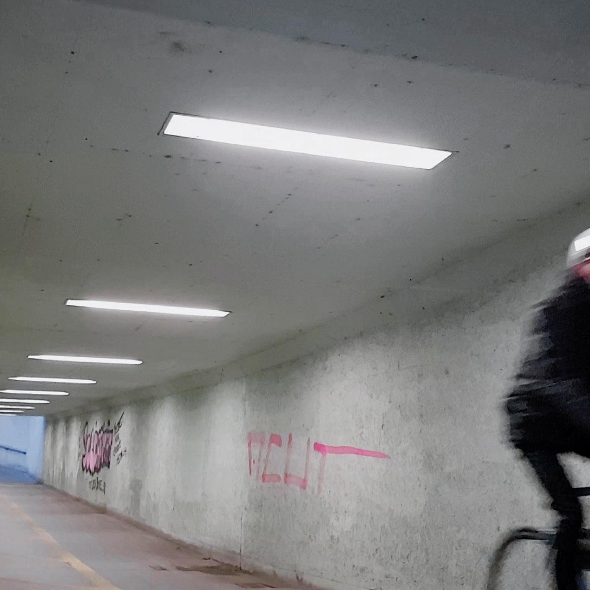 Hat der Velofahrer die Unterführung durchquert, senken die LED-Röhren ihre Leistung auf 20 Prozent.