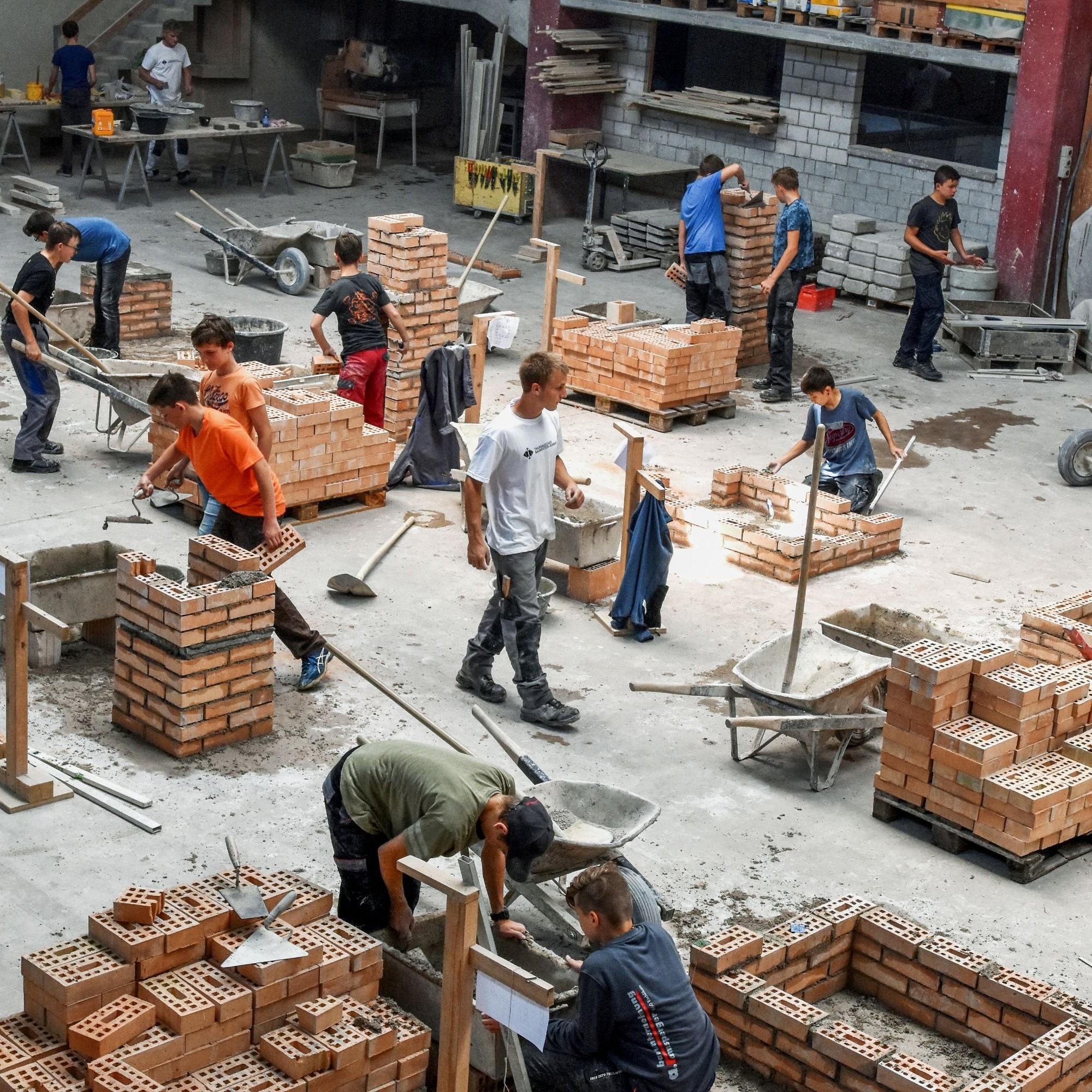 Mauern – fast wie auf dem Bau: Beim Schnuppertag in Sulgen packen alle motiviert an.