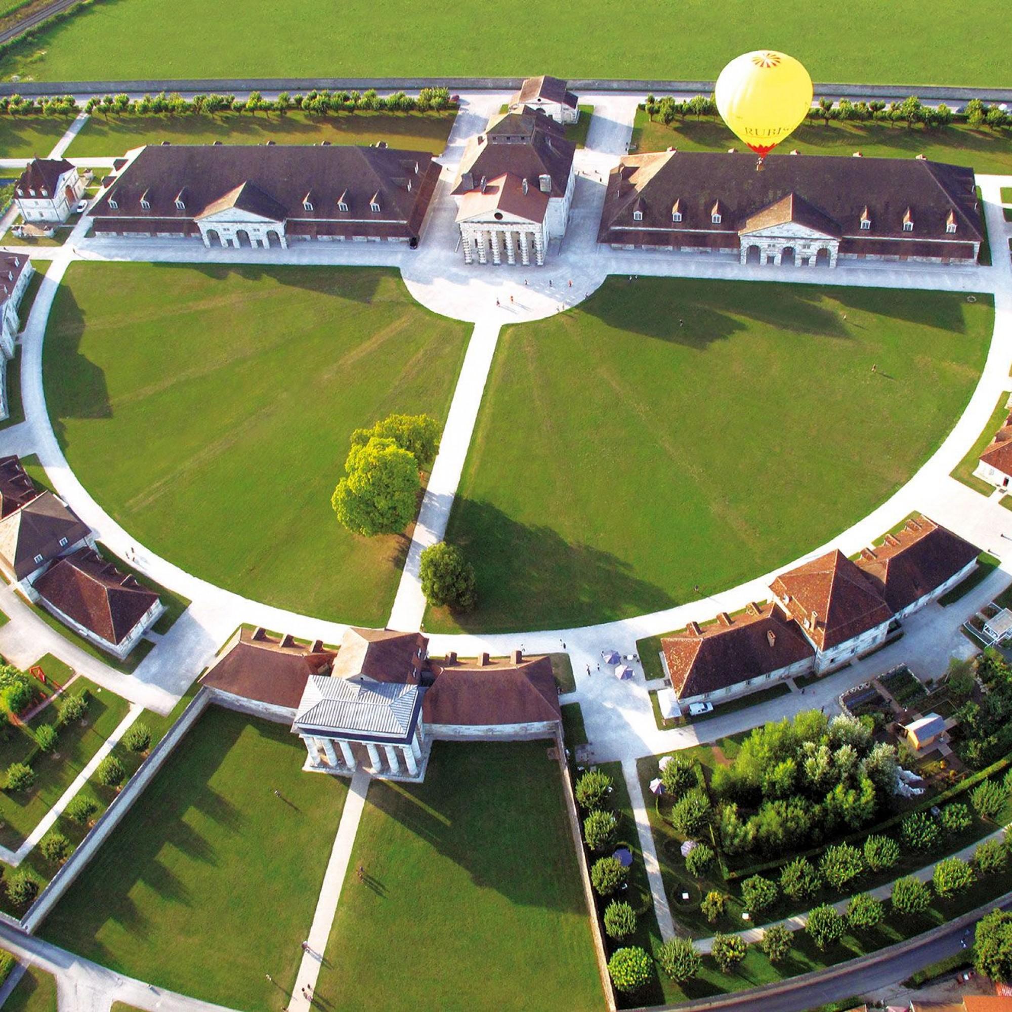 Streng symmetrische Architekturkunst: die «Königliche Saline» von Arc-et-Senans in der französischen Franche-Comté.