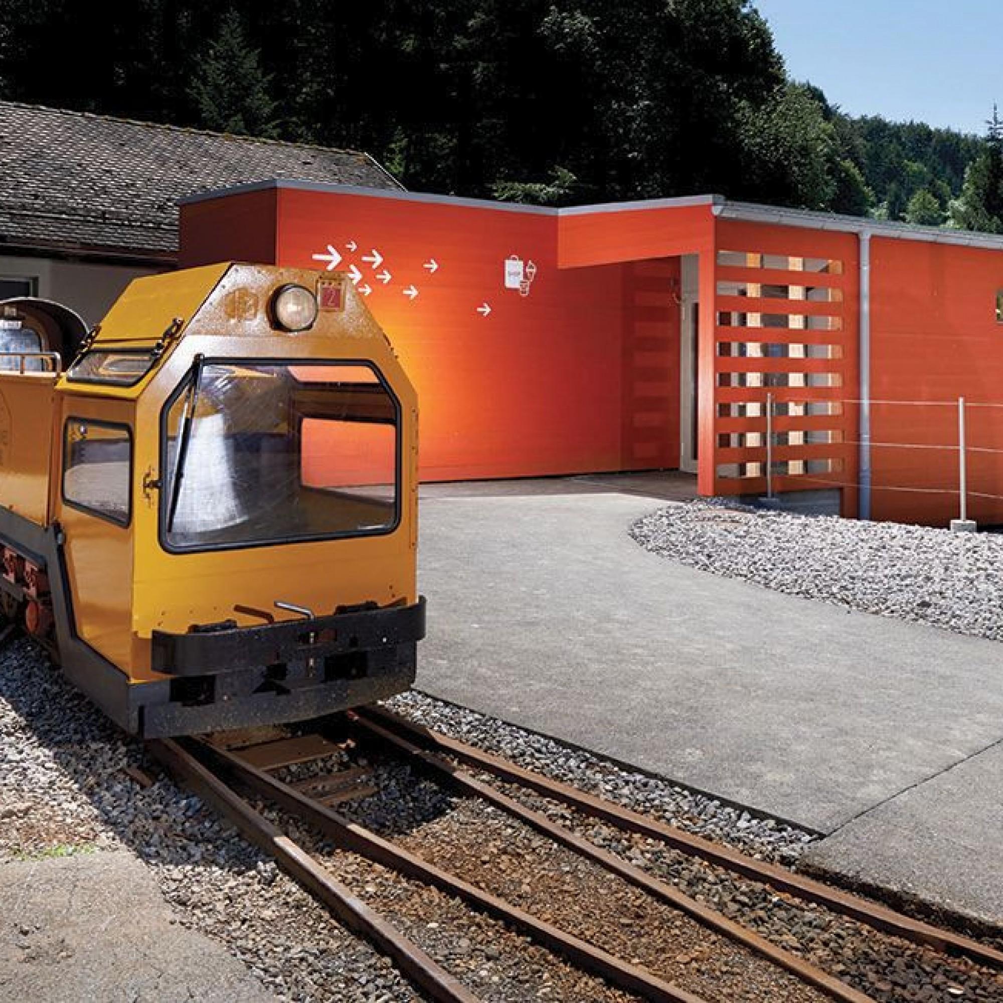 Mit der Minigrubenbahn gelangen die Besucher ins Salzbergwerk von Bex VS.