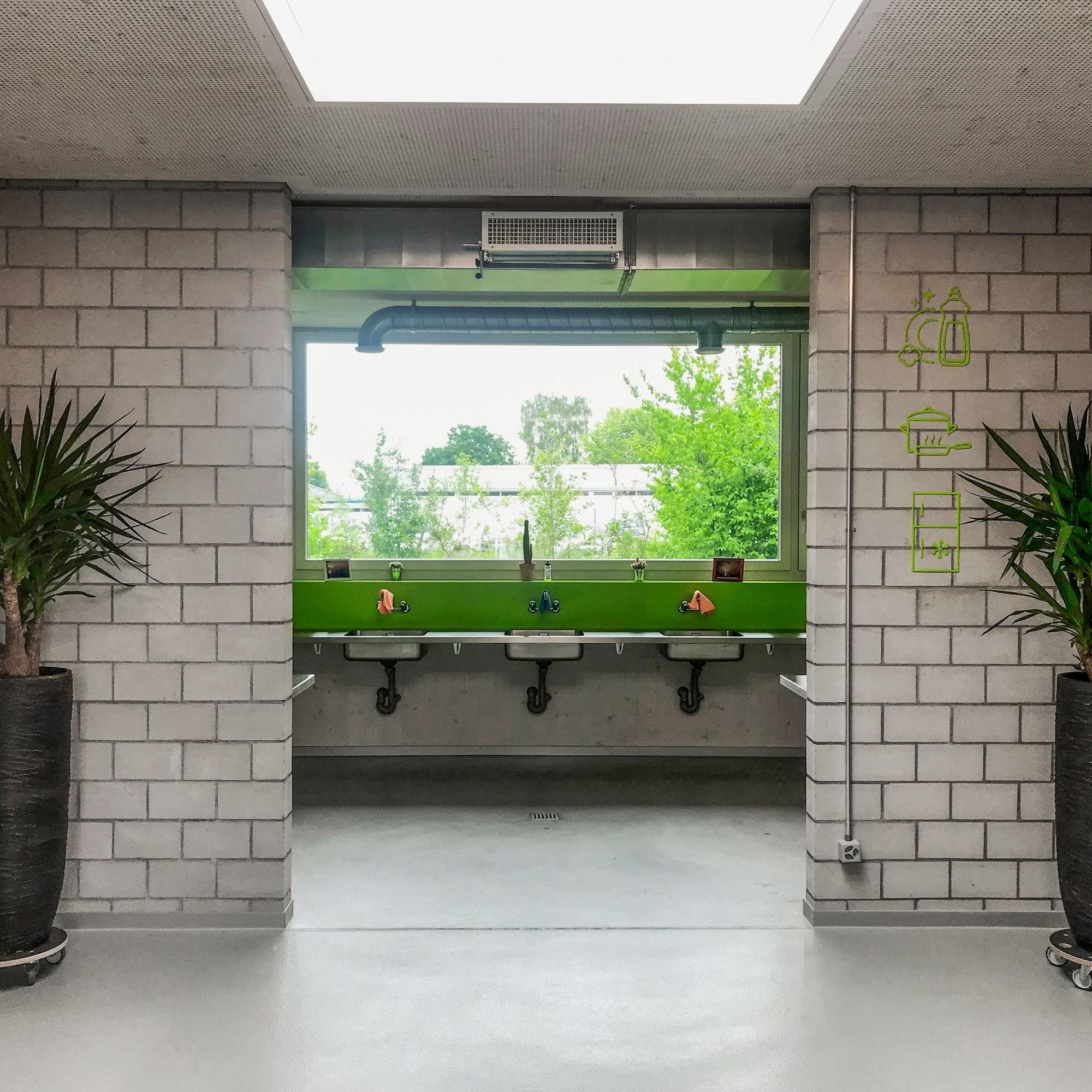 Über den Waschtischen ordnete das Entwurfsteam ein grosses Panoramafenster an.