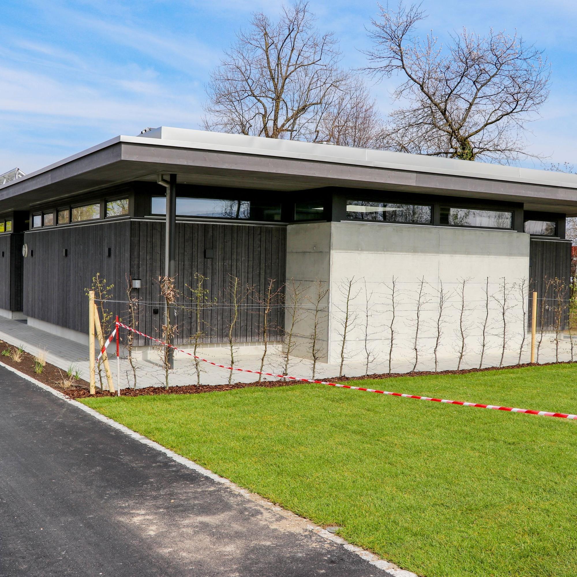 Der fast sakral wirkende Pavillon steht direkt beim Chogebach.