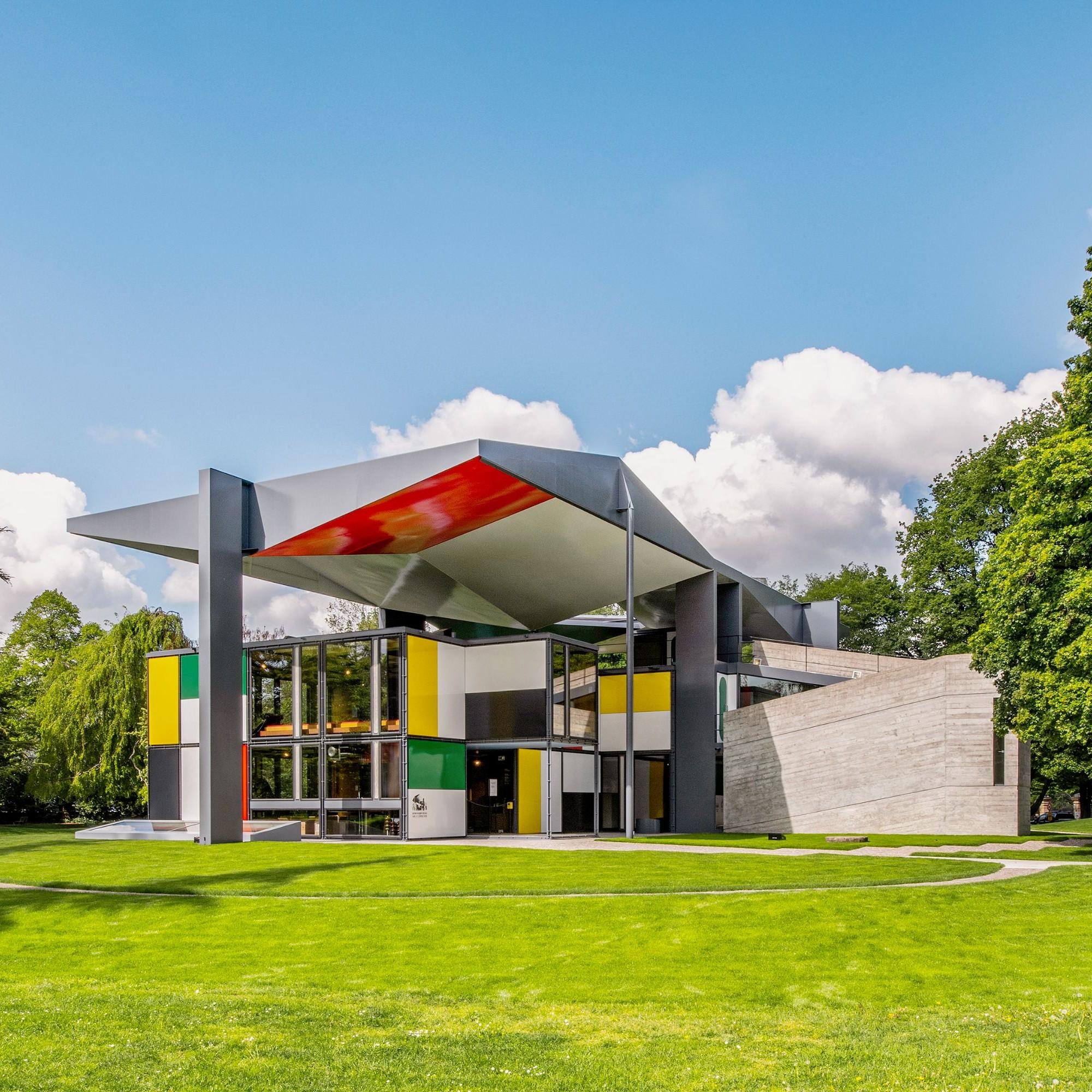Blick vom Dach auf den Eingangsbereich. Die Emailplatten folgen einem von Le Corbusier vorgegebenen Rhythmus.