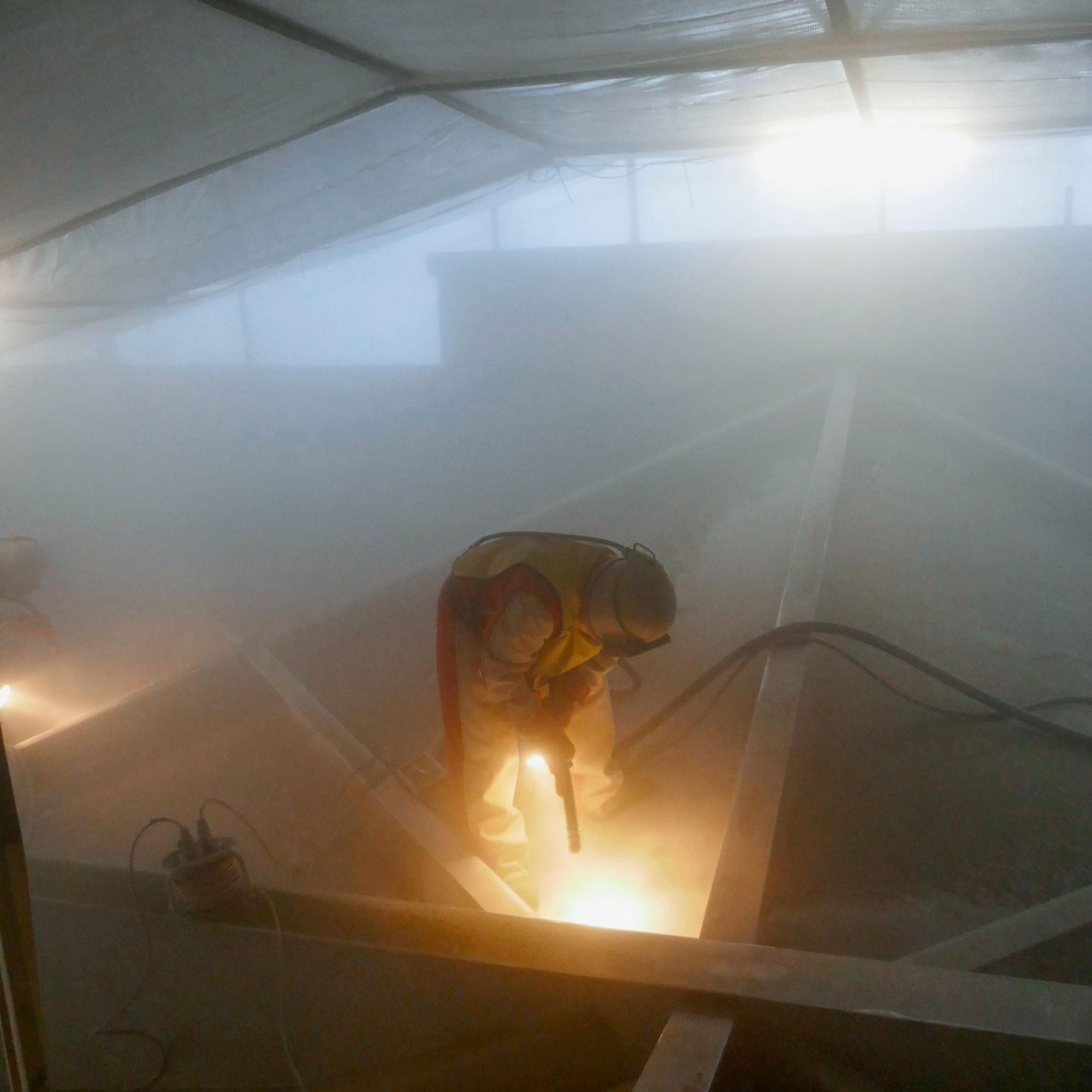 Die PCB-kontaminierten Farbschichten wurden in luftdichter Einhausung sandgestrahlt.