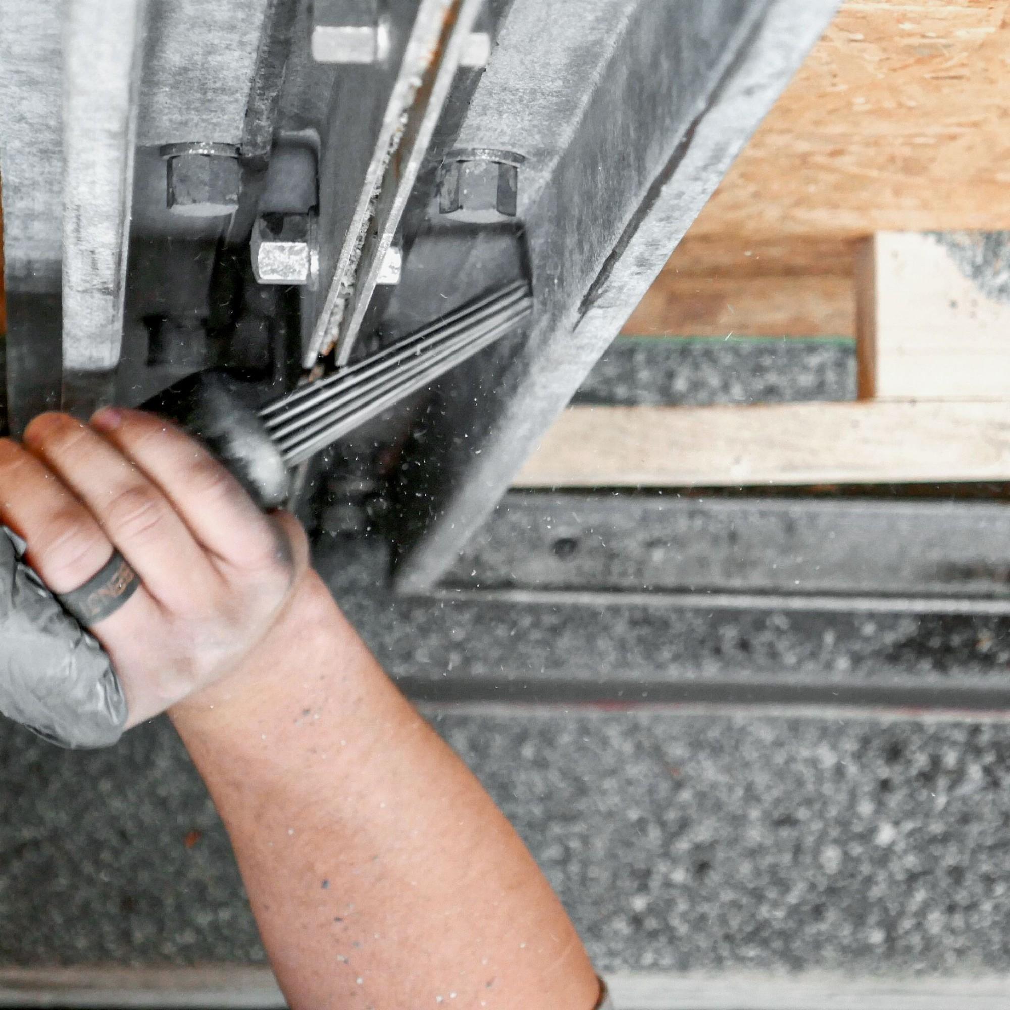 Das Stahlskelett wurde aufwendig in millimetergenauer Arbeit mit einem Druckluft-Nadelhammer entschichtet, um die originalen Gummidichtungen nicht zu beschädigen.