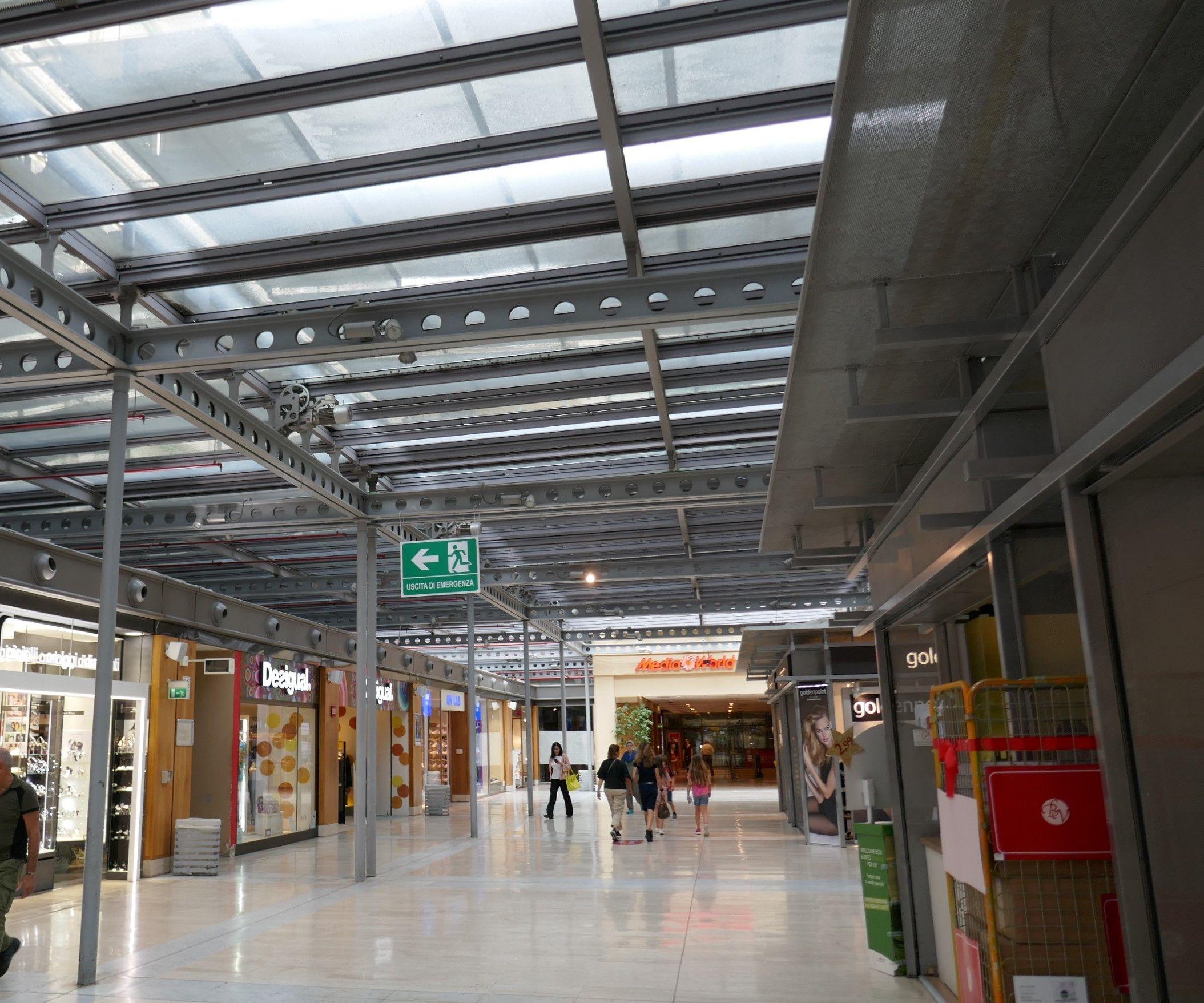 Heute befindet sich im ersten Stock eine gut besuchte Einkaufspassage.