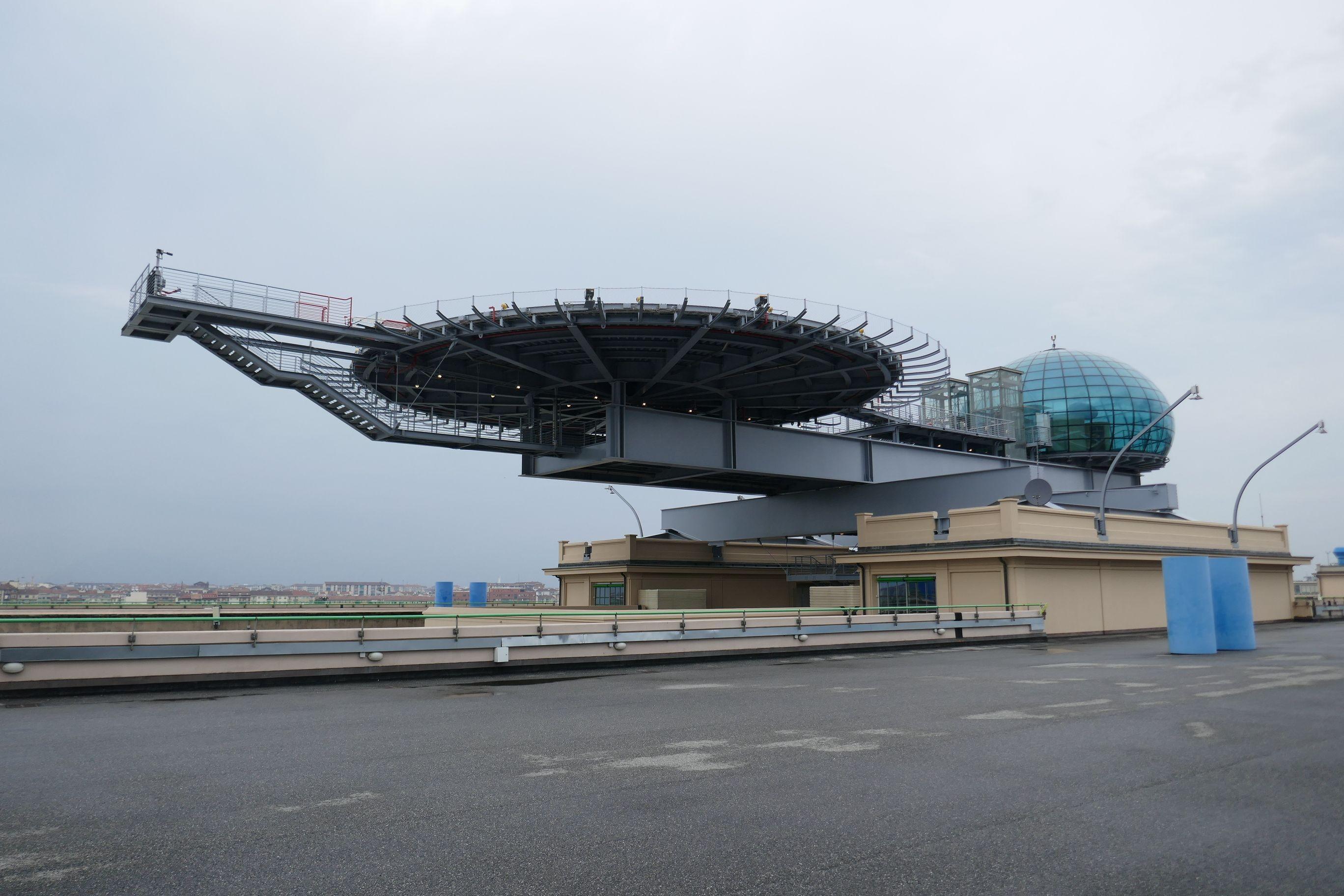 Der Helikopterlandeplatz mit Direktzugang zum runden, gläsernen Konferenzraum auf dem Dach wurde von Architekt Renzo Piano nachträglich dem Fabrikgebäude aufgesetzt.