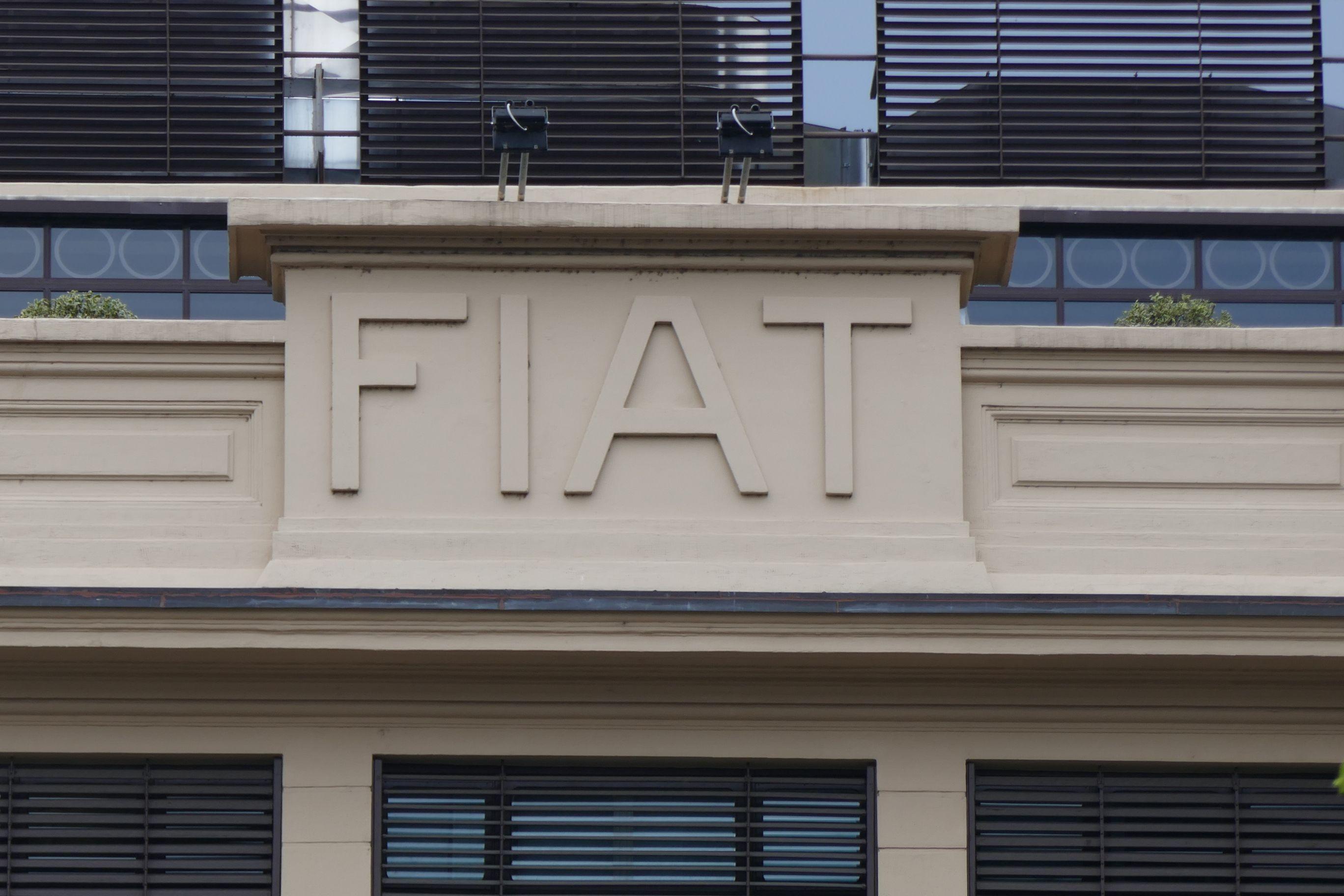 Fiat, die Fabbrica Italiana Automobili Torino, war zu Recht stolz auf ihr für Europa wegweisendes Automobilwerk. Noch heute ist das Symbol vergangenen Ruhms am Gebäude zu erkennen.