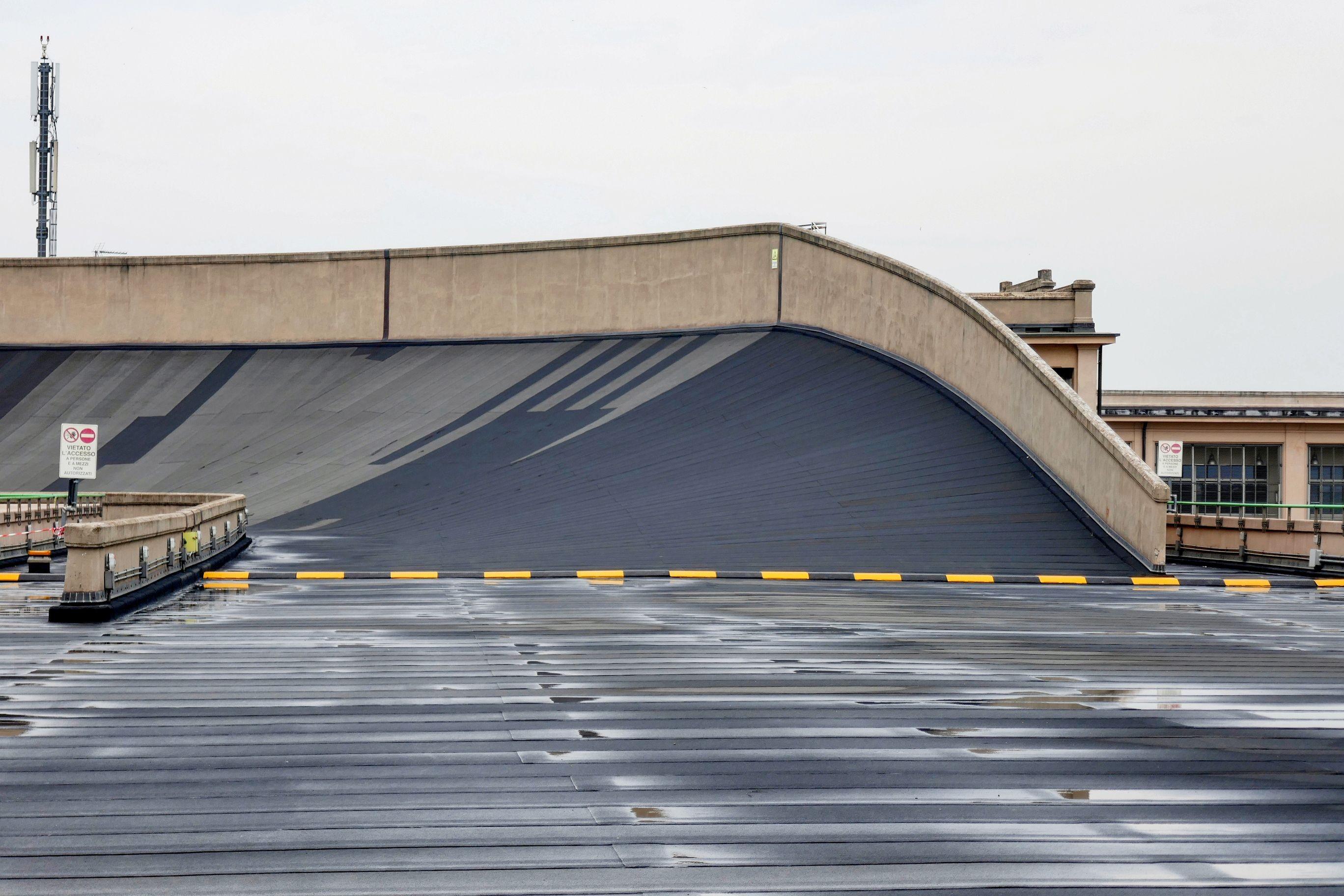 Eine Steilkurve der einen Kilometer langen Teststrecke auf dem Dach des Lingotto.