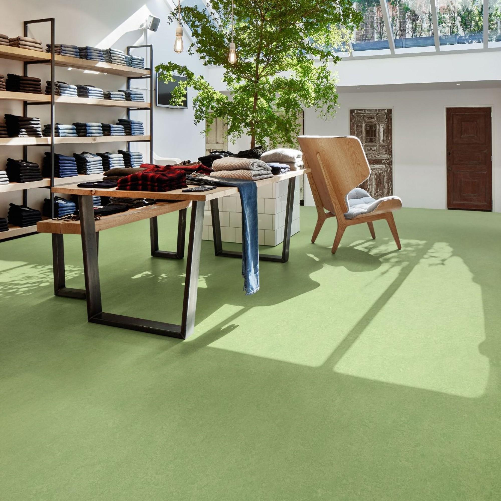 Robust und strapazierbar sind die Marmoleum-Böden, die sich dadurch besonders für hochfrequentierte Bereiche wie Geschäfte und Büros eignen.