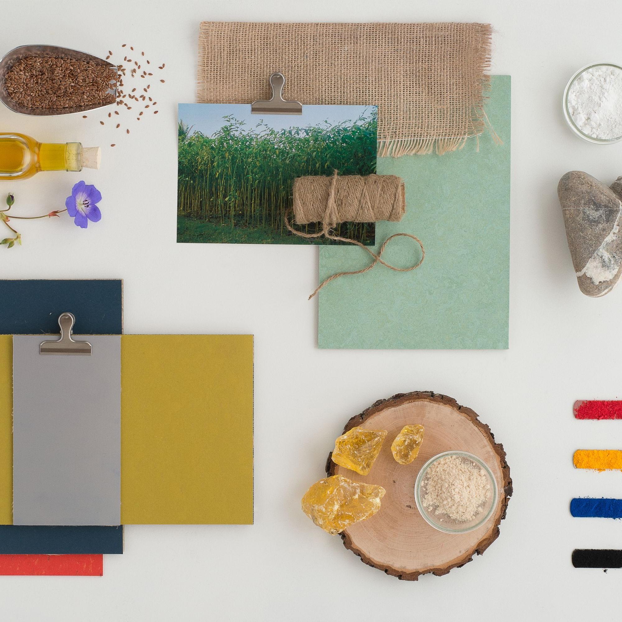 Wie vor über 100 Jahren sind die Ausgangsmaterialien für Linoleum fast unverändert geblieben:  Leinöl,  Holz- und Kalksteinmehl, Jute, Naturharze, mineralische Füllstoffe und Farbpigmente.