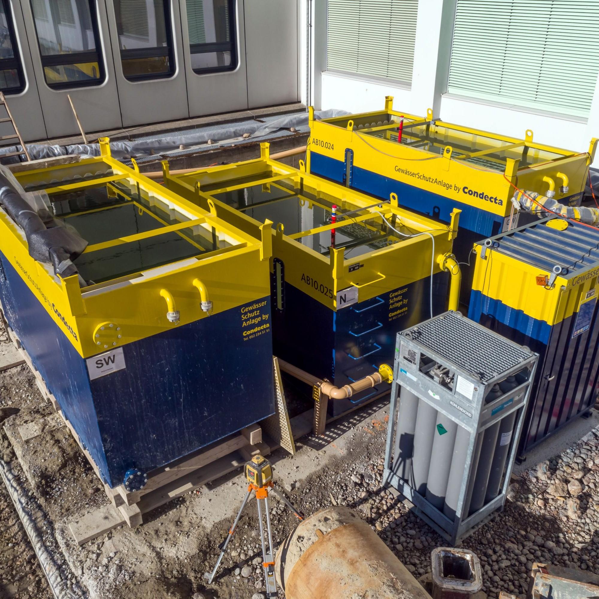 Die Anlage auf der St.Galler Baustelle in der Übersicht. Von links nach rechts sind zu sehen: ASB-10-Becken für Baustellenwasser, ASN-10-Becken zur Neutralisation mit Kohlen- dioxid und schliesslich noch ein Becken des Modells ASB-10 für die Grundwasser-