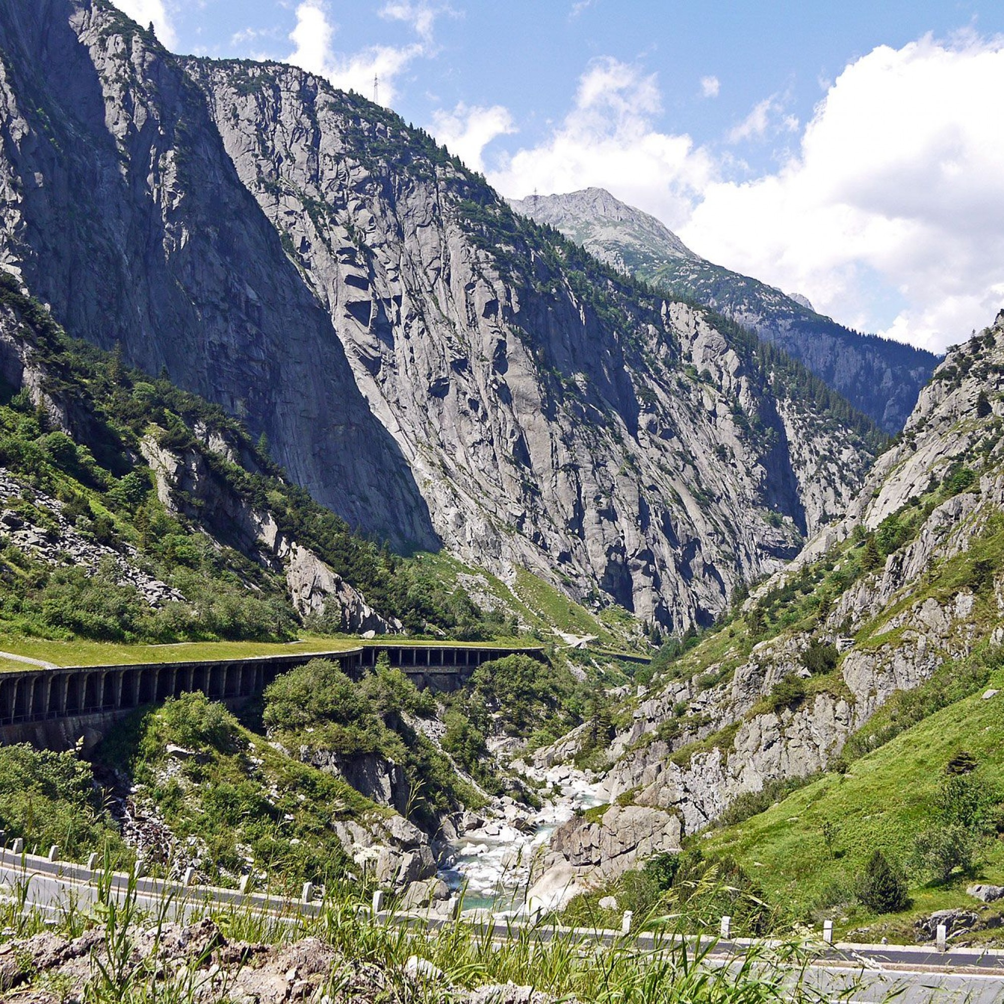 Nationalstrasse in der Schöllenenschlucht.